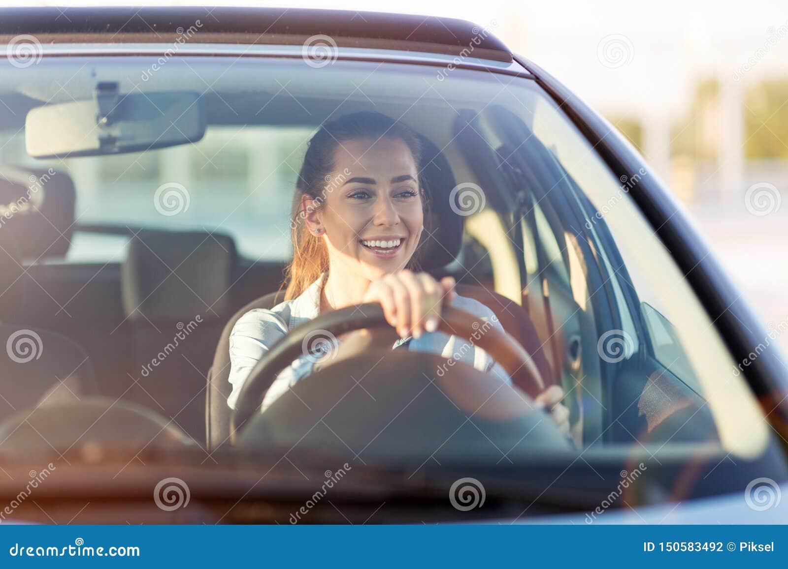 Kvinna som l?per med bilen