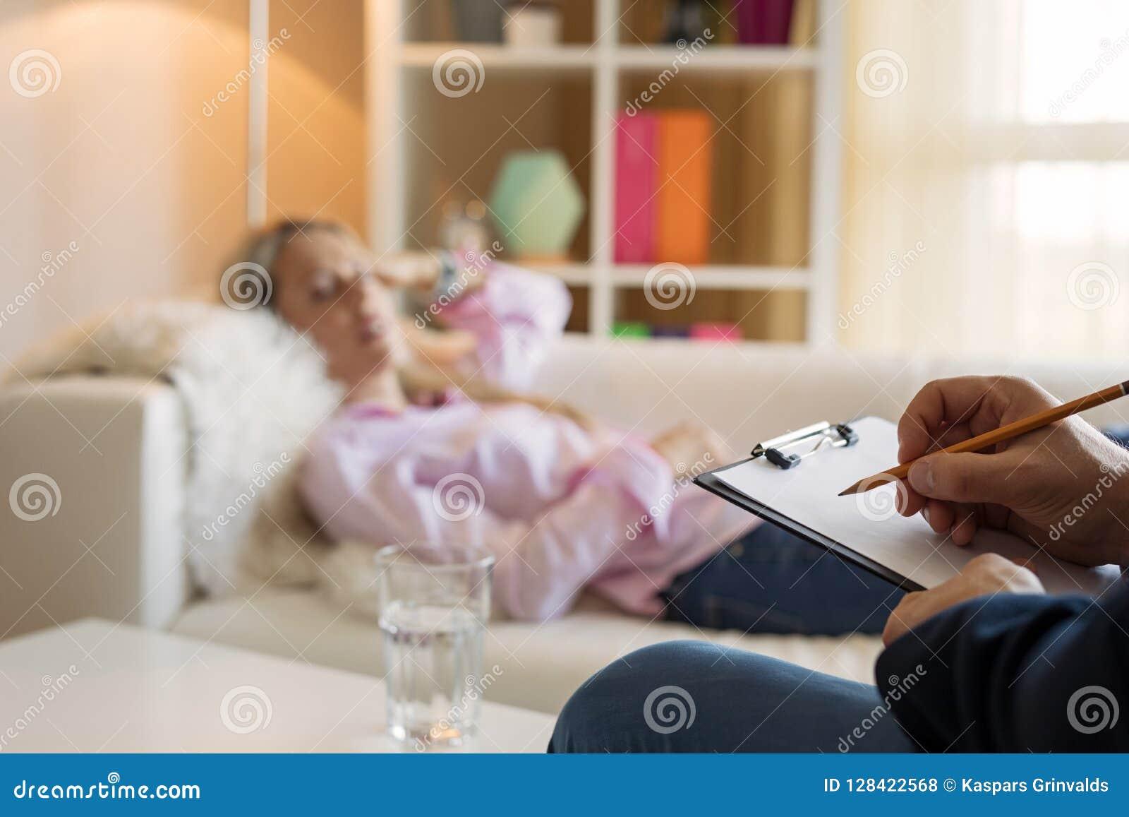 Kvinna som ligger i soffa under hypnotherapy