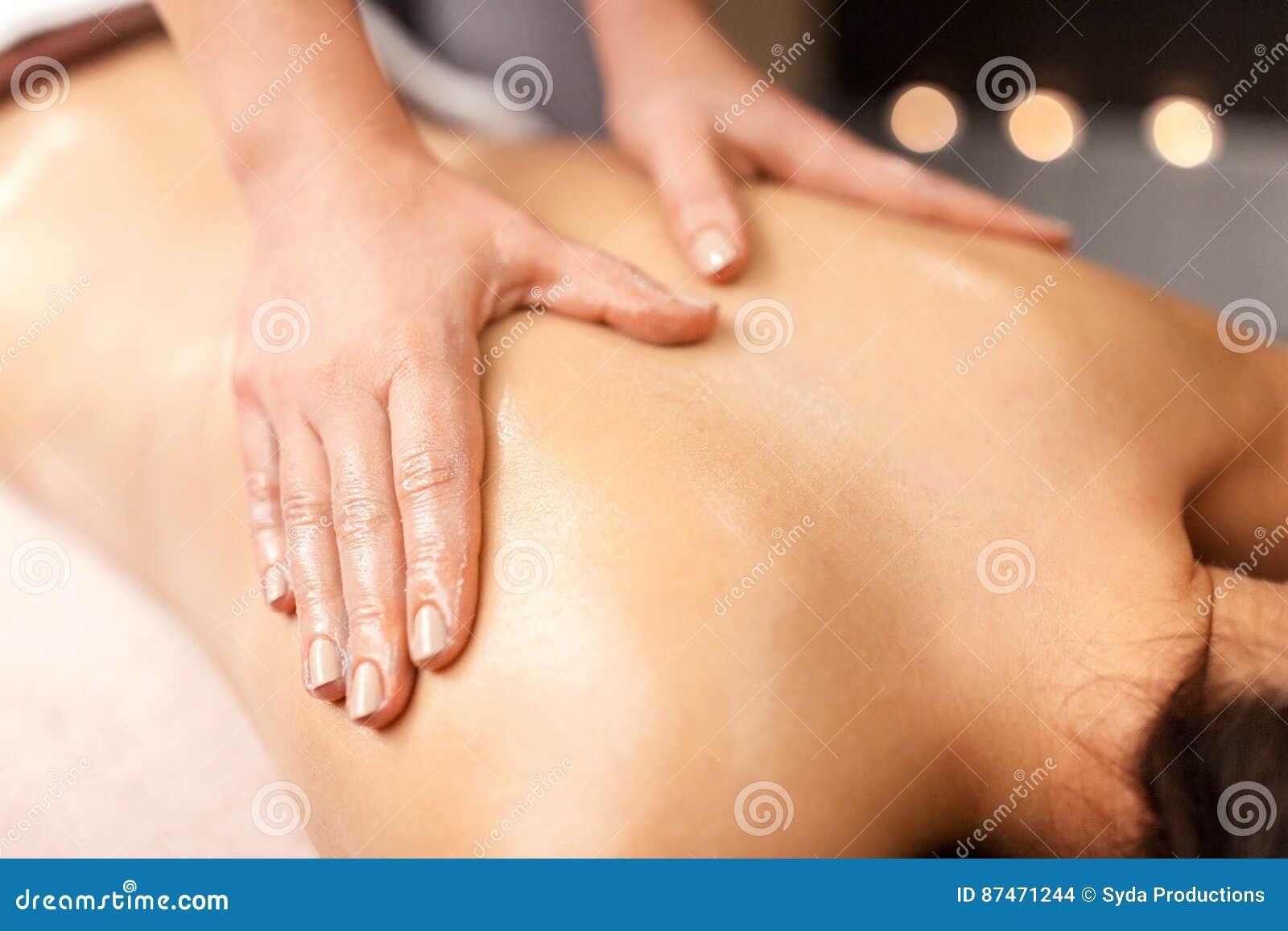 Kvinna som ligger och har tillbaka massage på brunnsorten