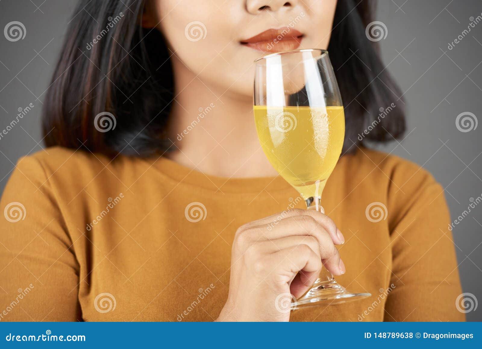 Kvinna som luktar fruktsaft