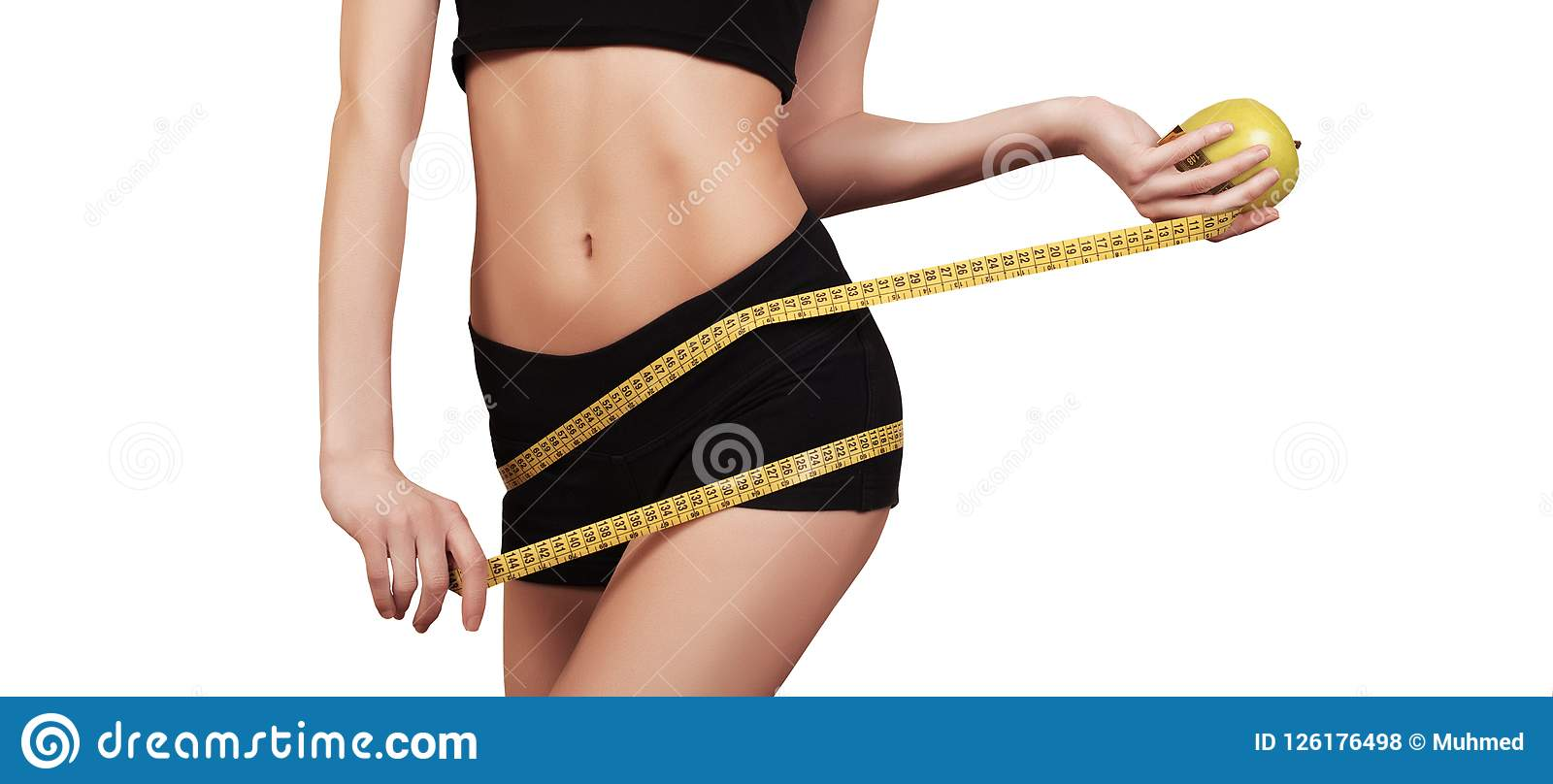 Kvinna som mäter hennes perfekta slanka kropp för midja banta Slank kropp som isoleras på vitt, kopieringsutrymme Färdig konditio