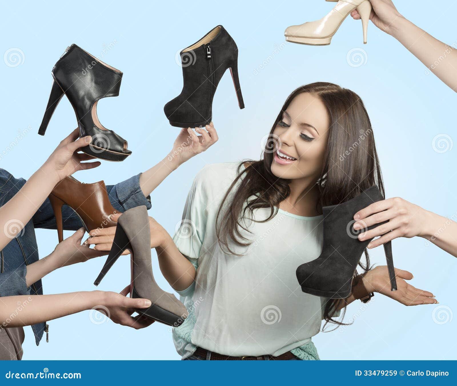 Kvinna som omges av många skor