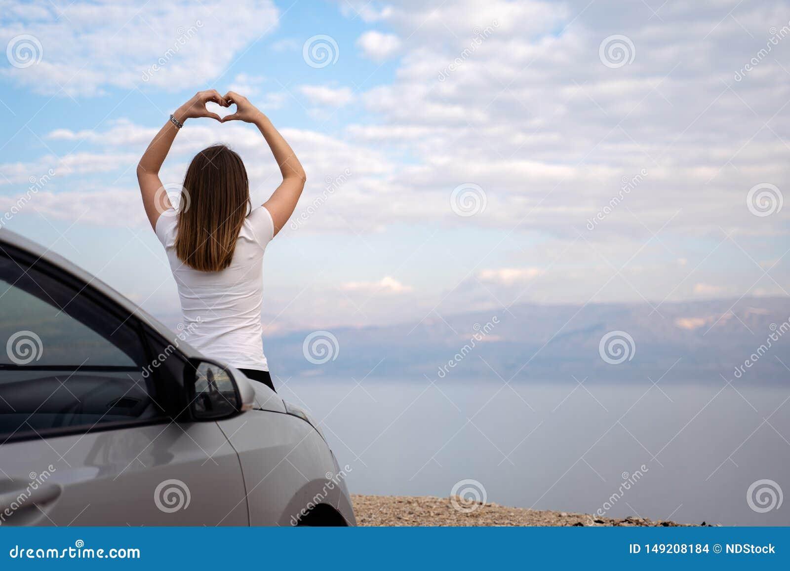 Kvinna som placeras p? motorhuven av en hyrd bil p? en v?gtur i Israel