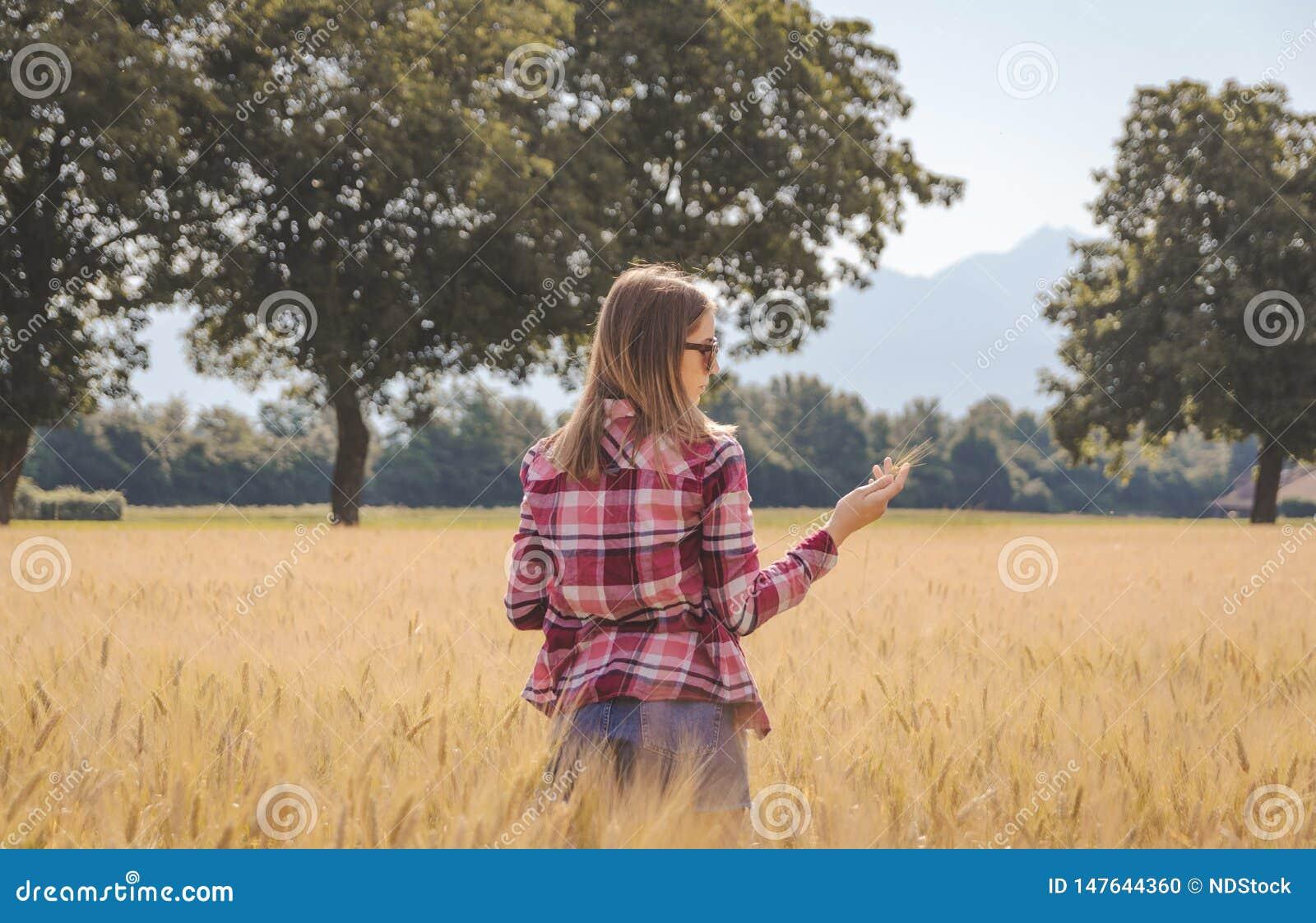 Kvinna som poserar i ett sparat vete