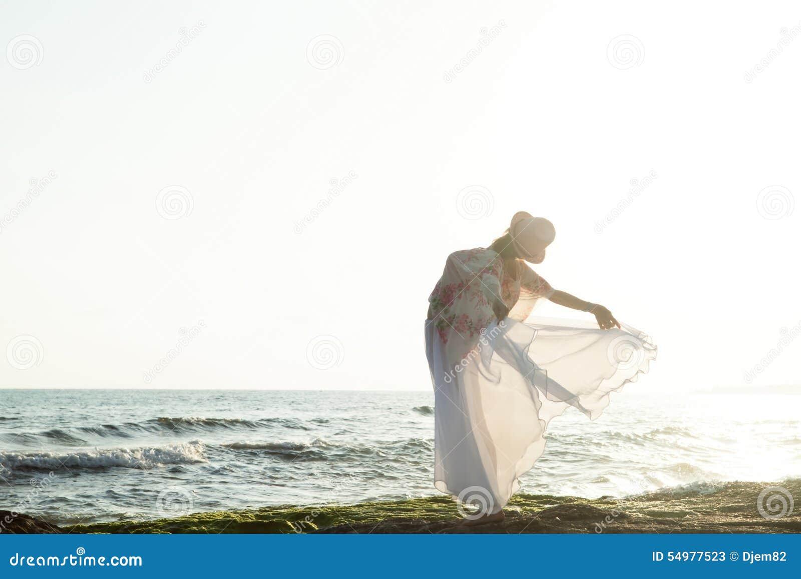 Kvinna som poserar på solnedgången