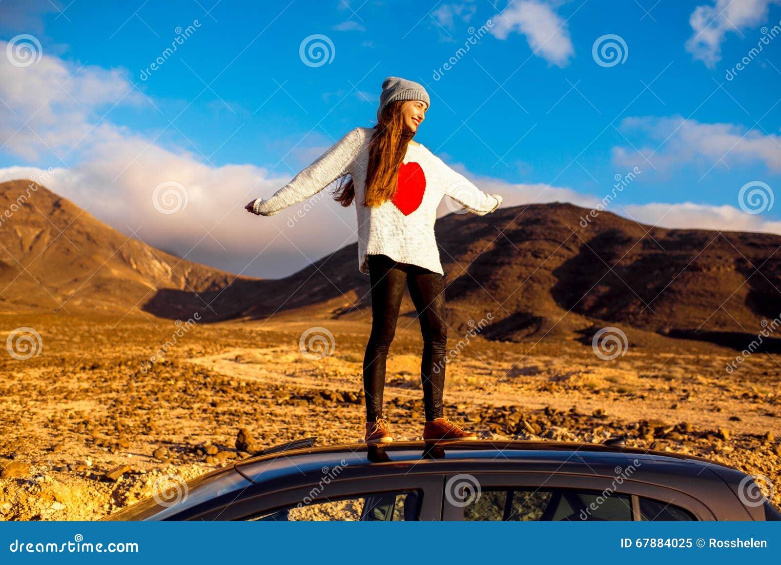 Kvinna som reser den Fuerteventura ön