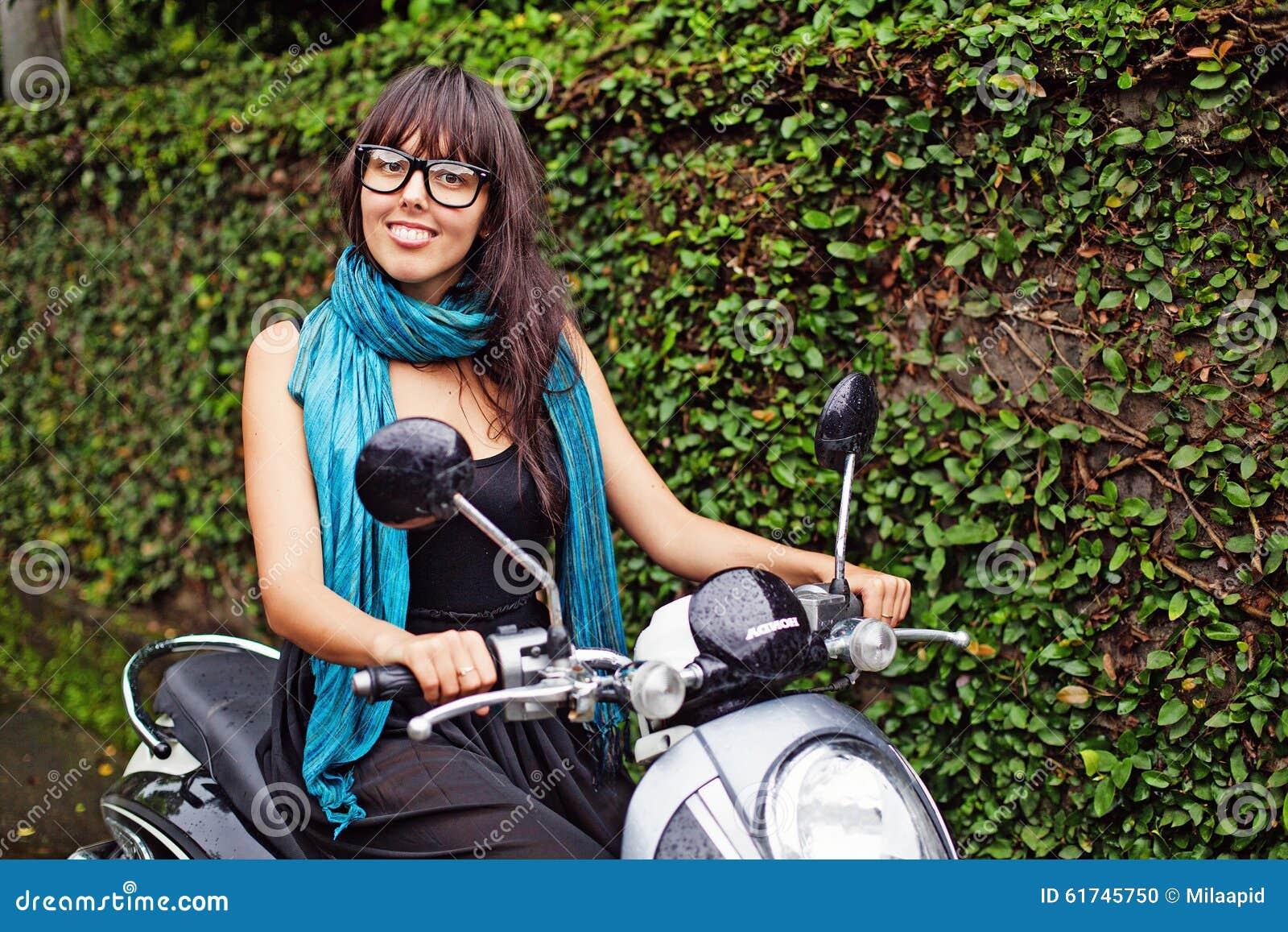 Kvinna som rider en moped