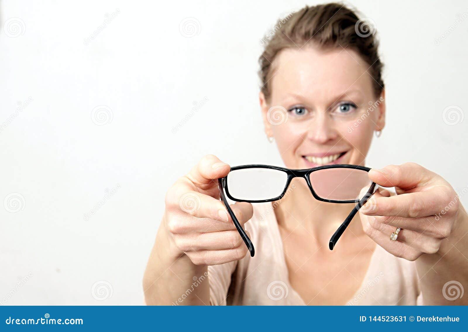Kvinna som rymmer läsningexponeringsglas klara att användas