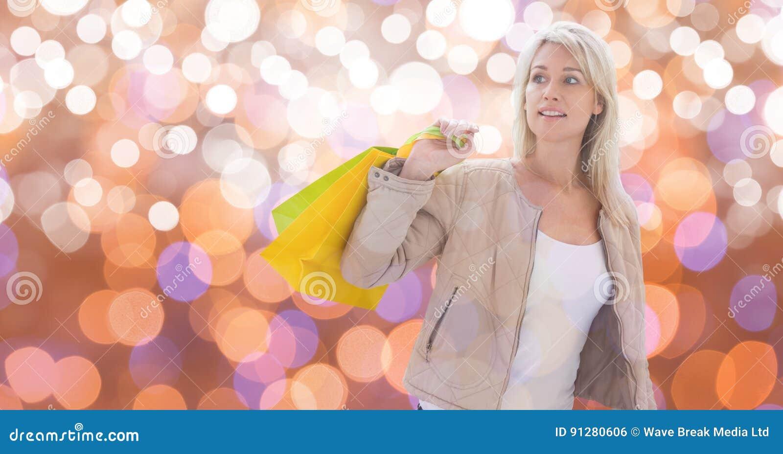 Kvinna som ser bort, medan rymma shoppingpåsar