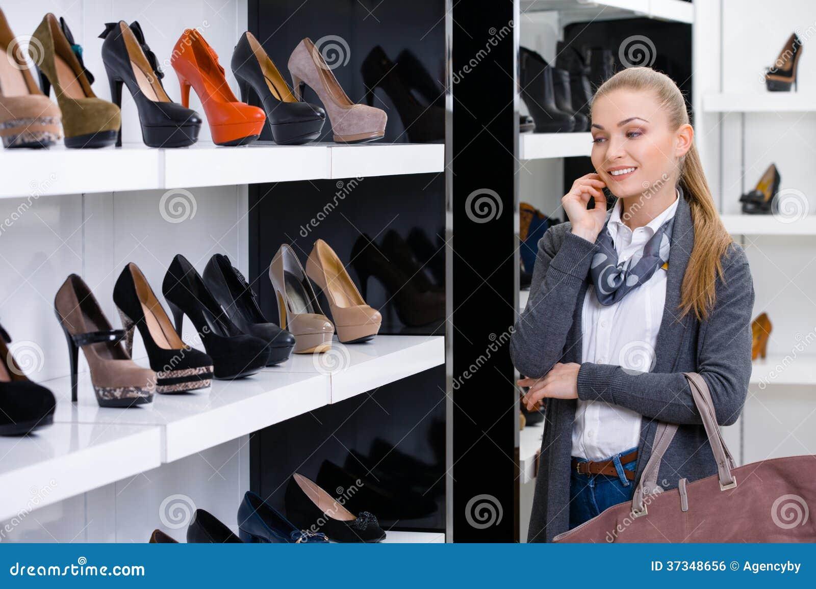 Kvinna som ser raderna av skodon