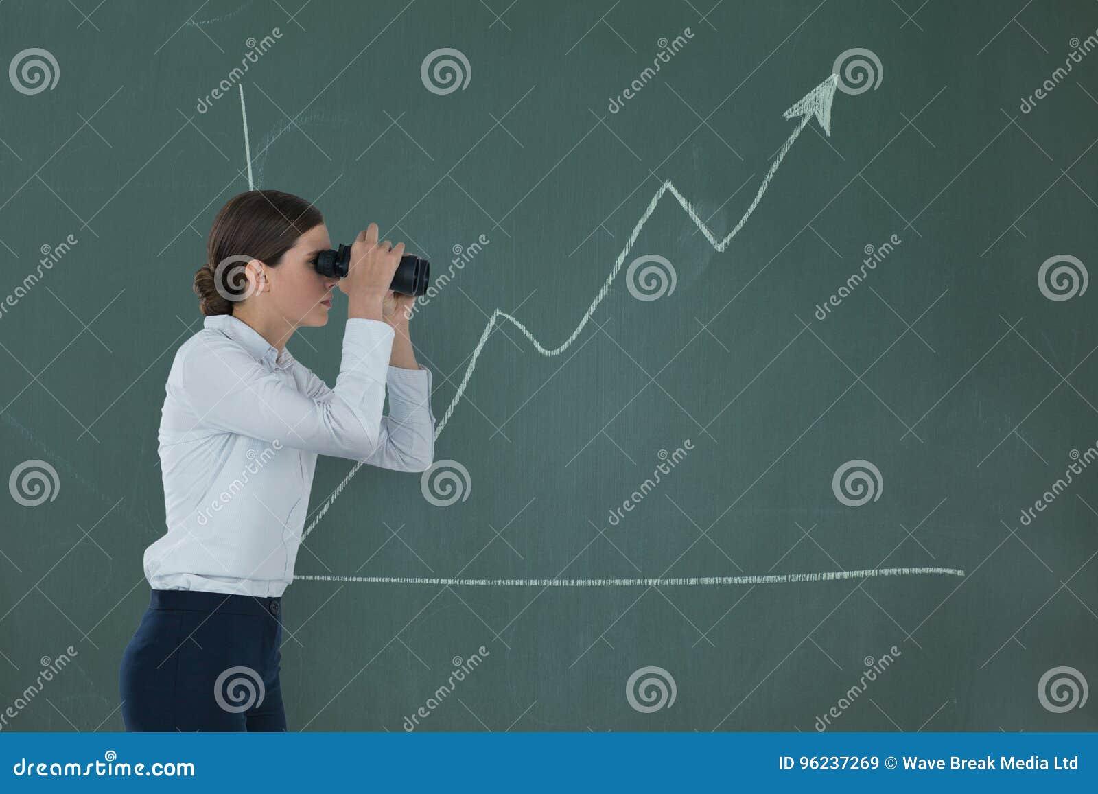 Kvinna som ser till och med kikare mot grön bakgrund med infographics
