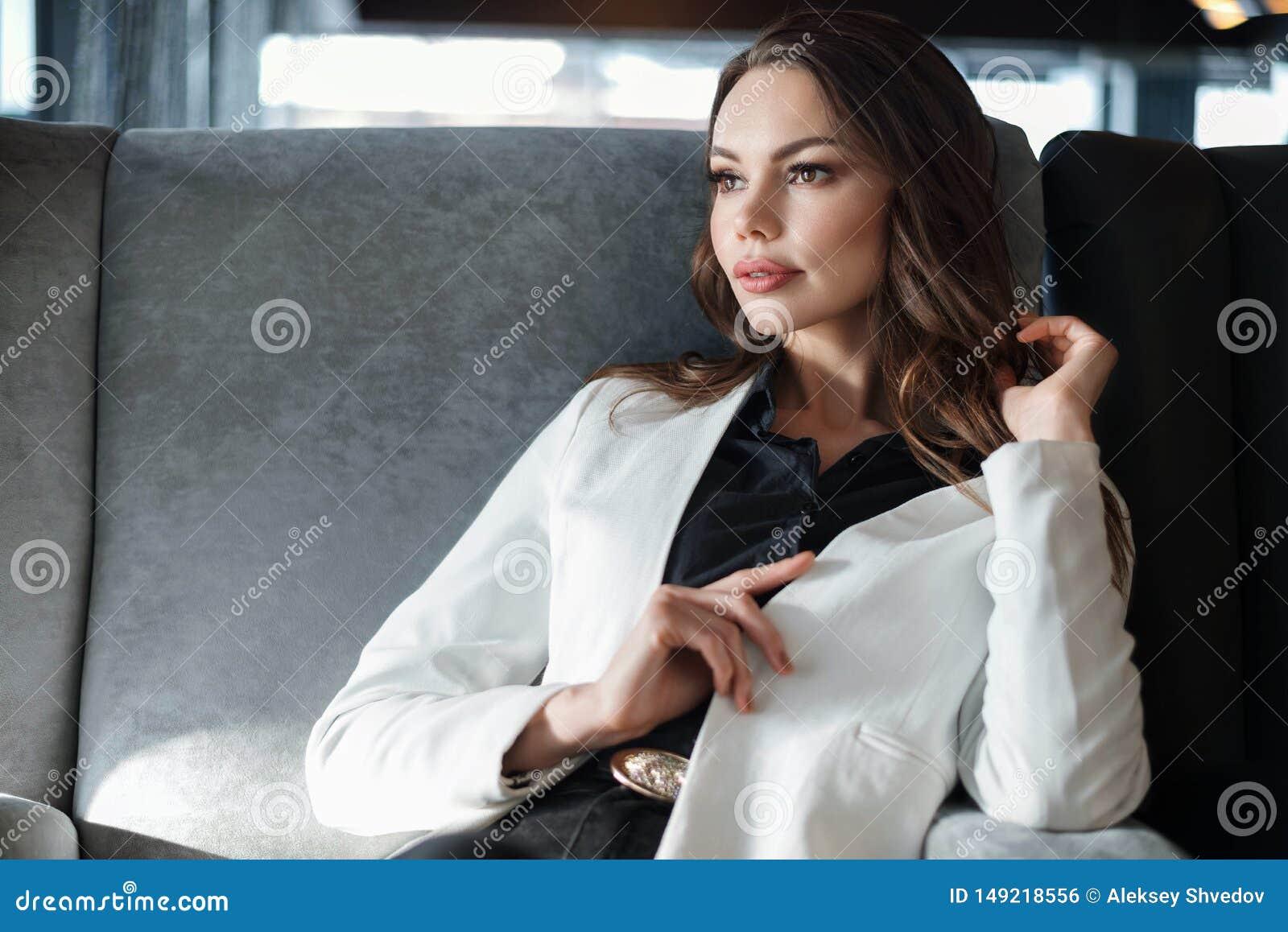 Kvinna som sitter i en cafe N?rbild p? en kopp kaffe i hand