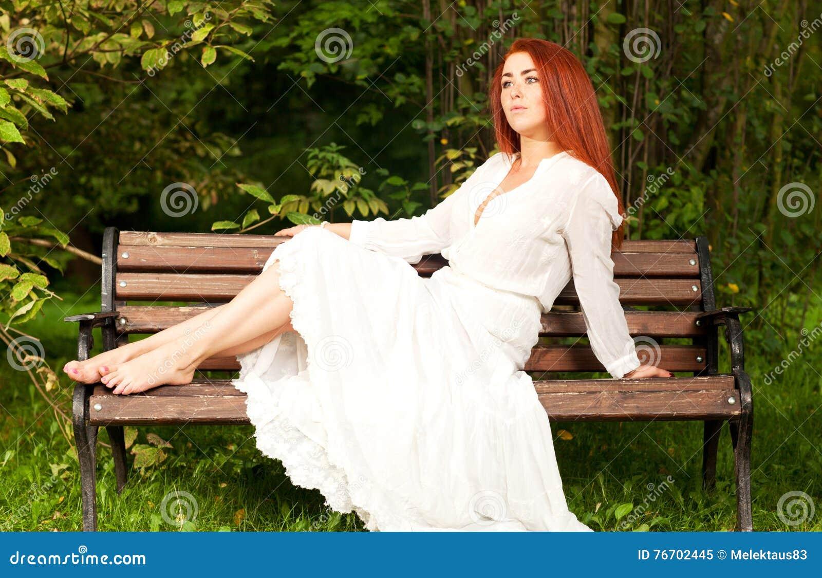 Kvinna som sitter på bänk