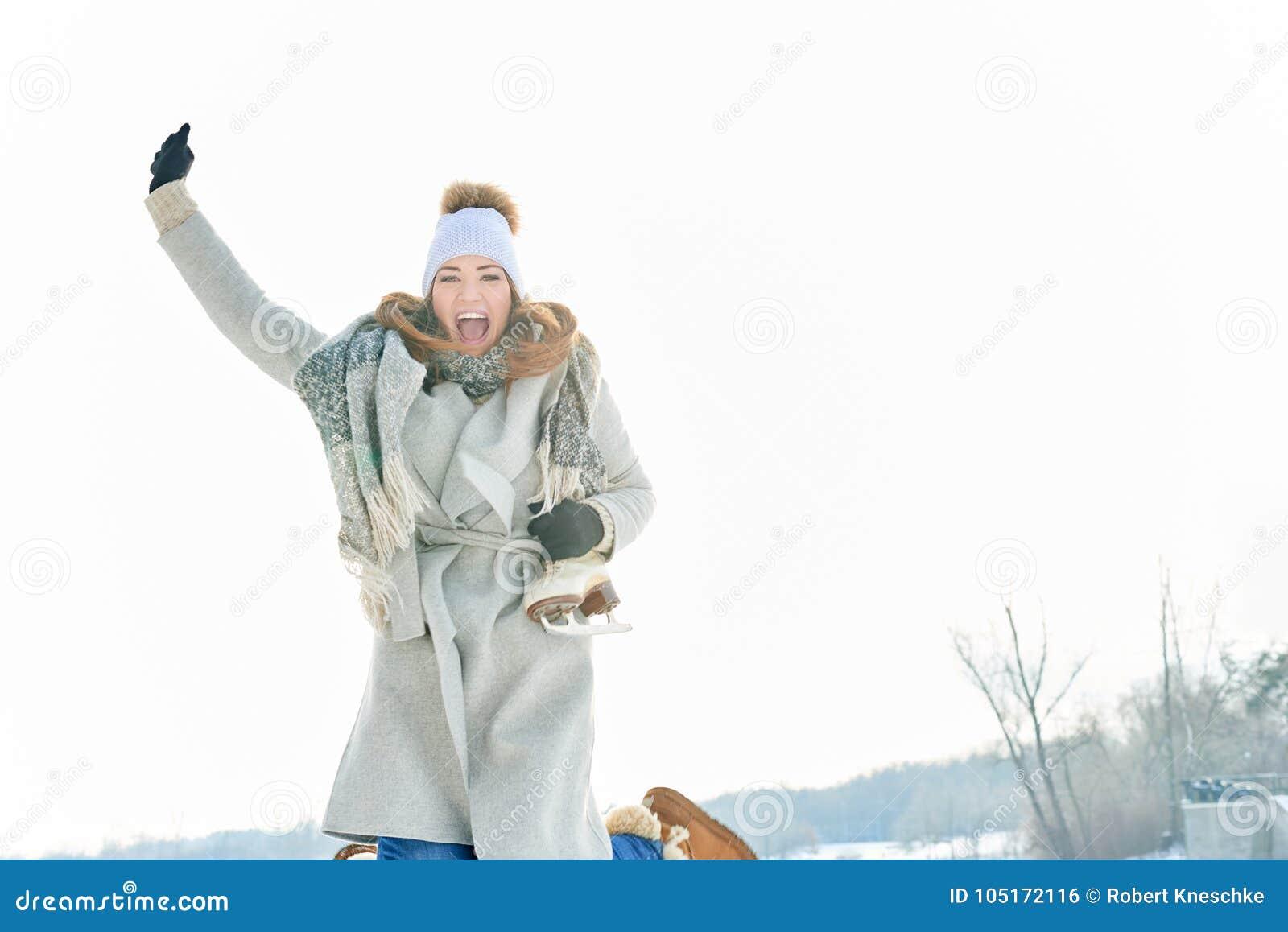 Kvinna som skrattar med entusiasm