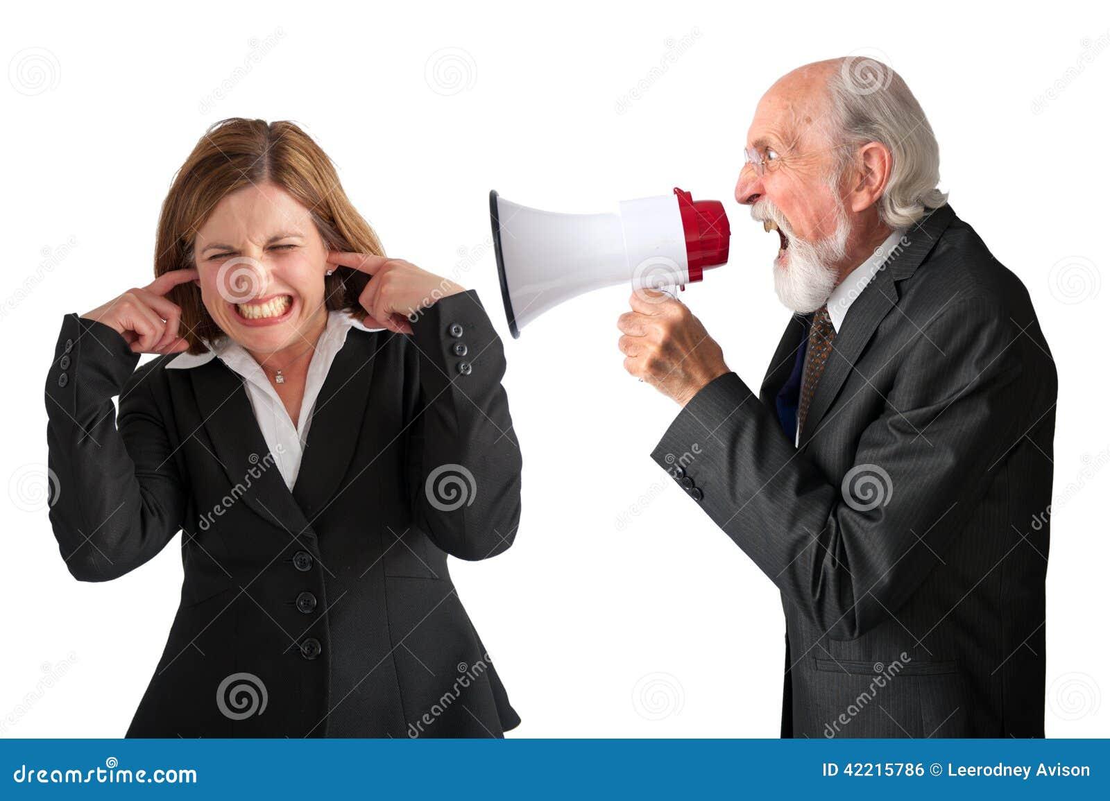 Kvinna som skrikas på av chefen