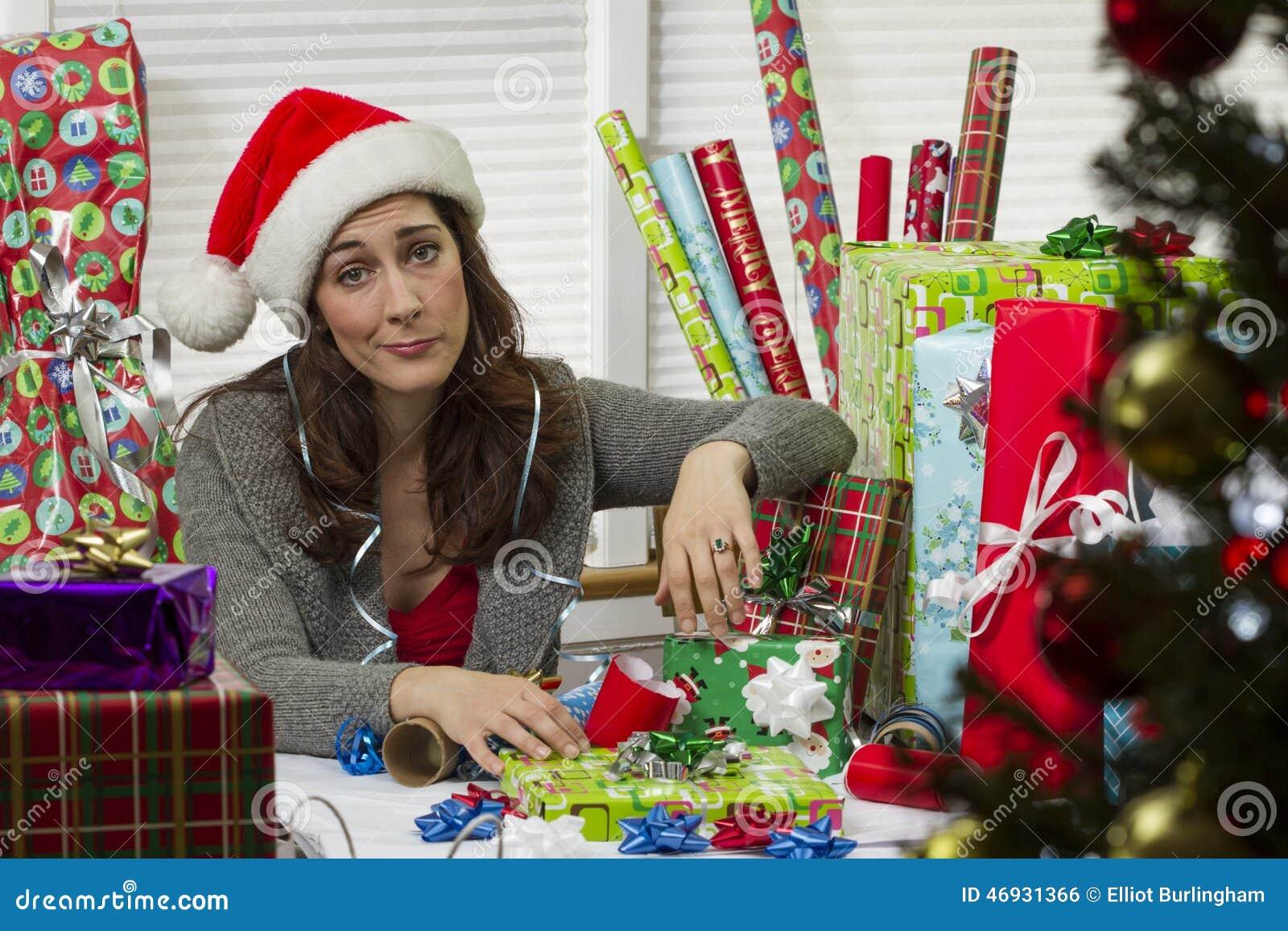 Kvinna som slår in julklappar som ser evakuerade