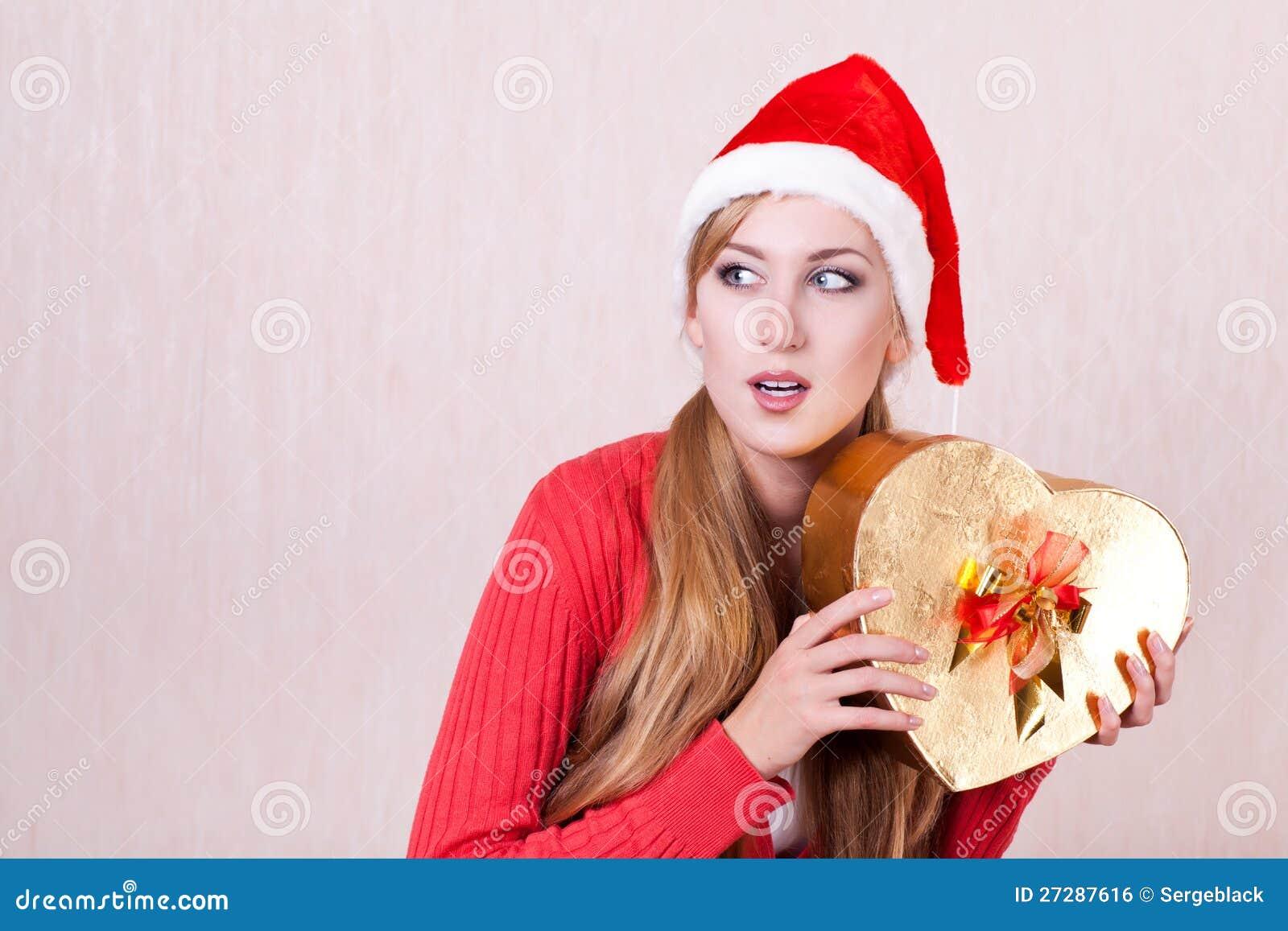 Kvinna som slitage den Santa Claus hatten