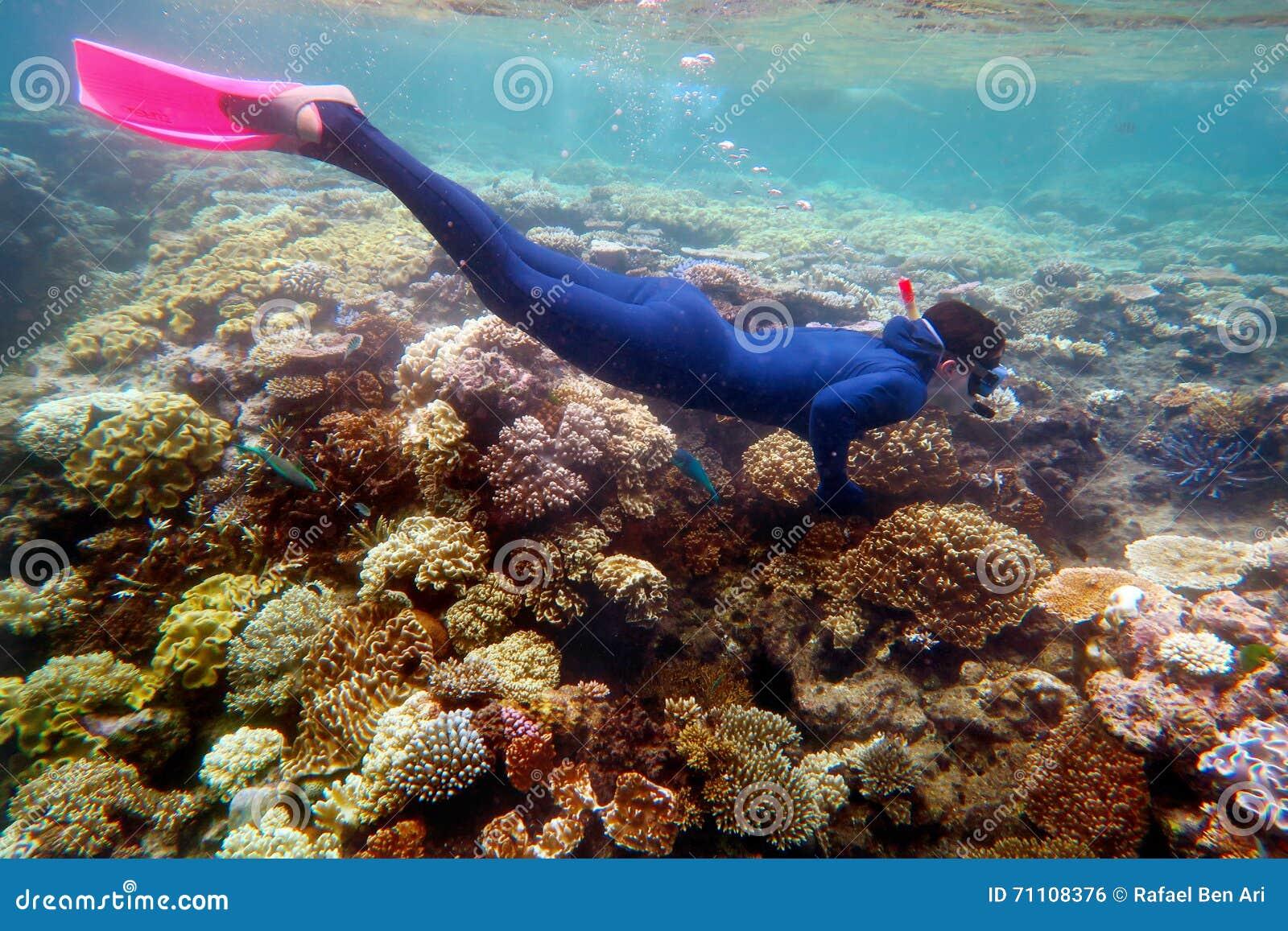 Kvinna som snorklar dyk