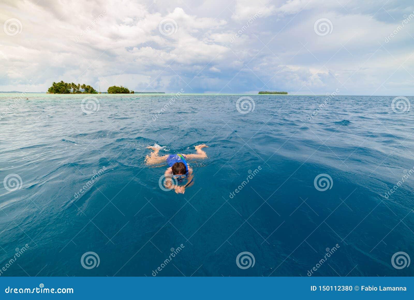 Kvinna som snorklar i det karibiska havet, turkosblått vatten, tropisk ö Indonesien Banyak ?ar Sumatra, turist- dyka lopp