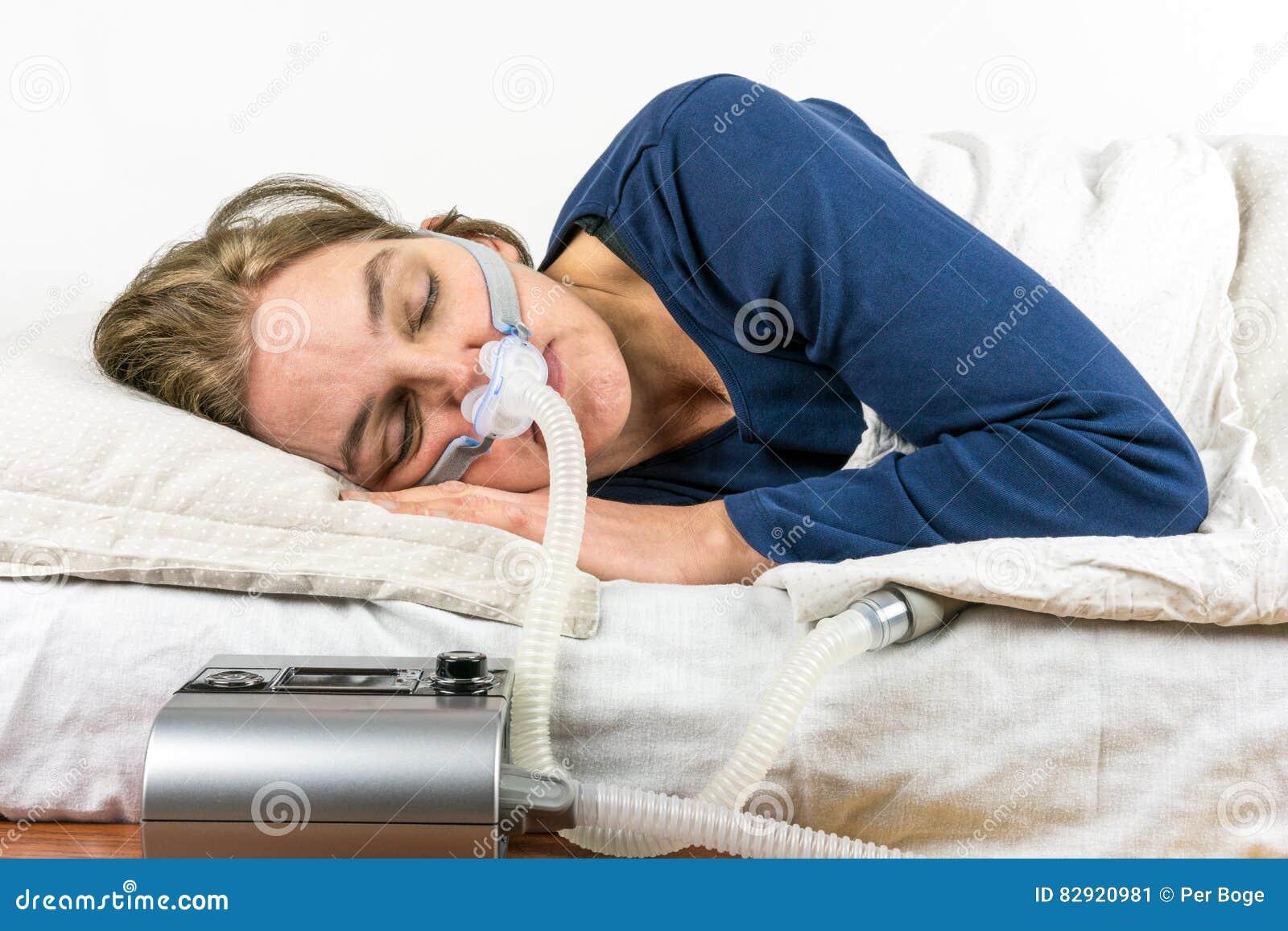 Download Kvinna Som Sover På Hennes Sida Med CPAP-maskinen I Förgrunden Fotografering för Bildbyråer - Bild av behandling, hälsa: 82920981
