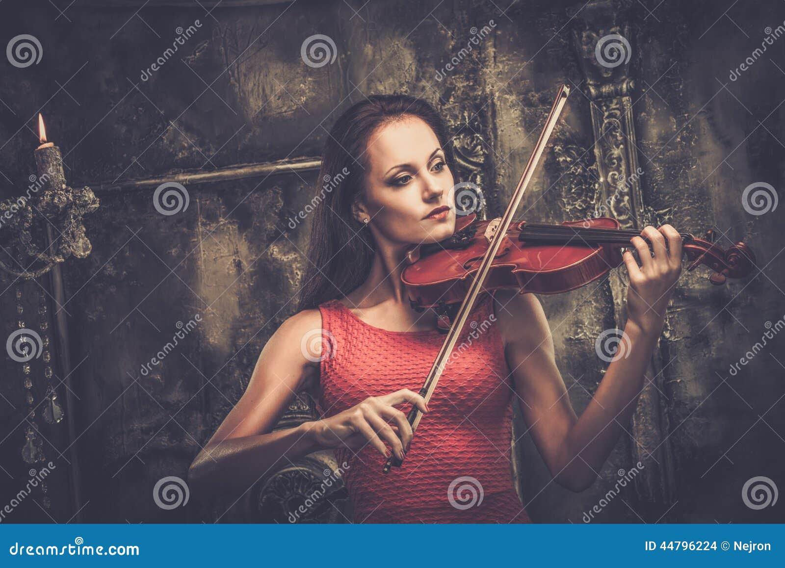 Kvinna som spelar fiolen i mystikerinre