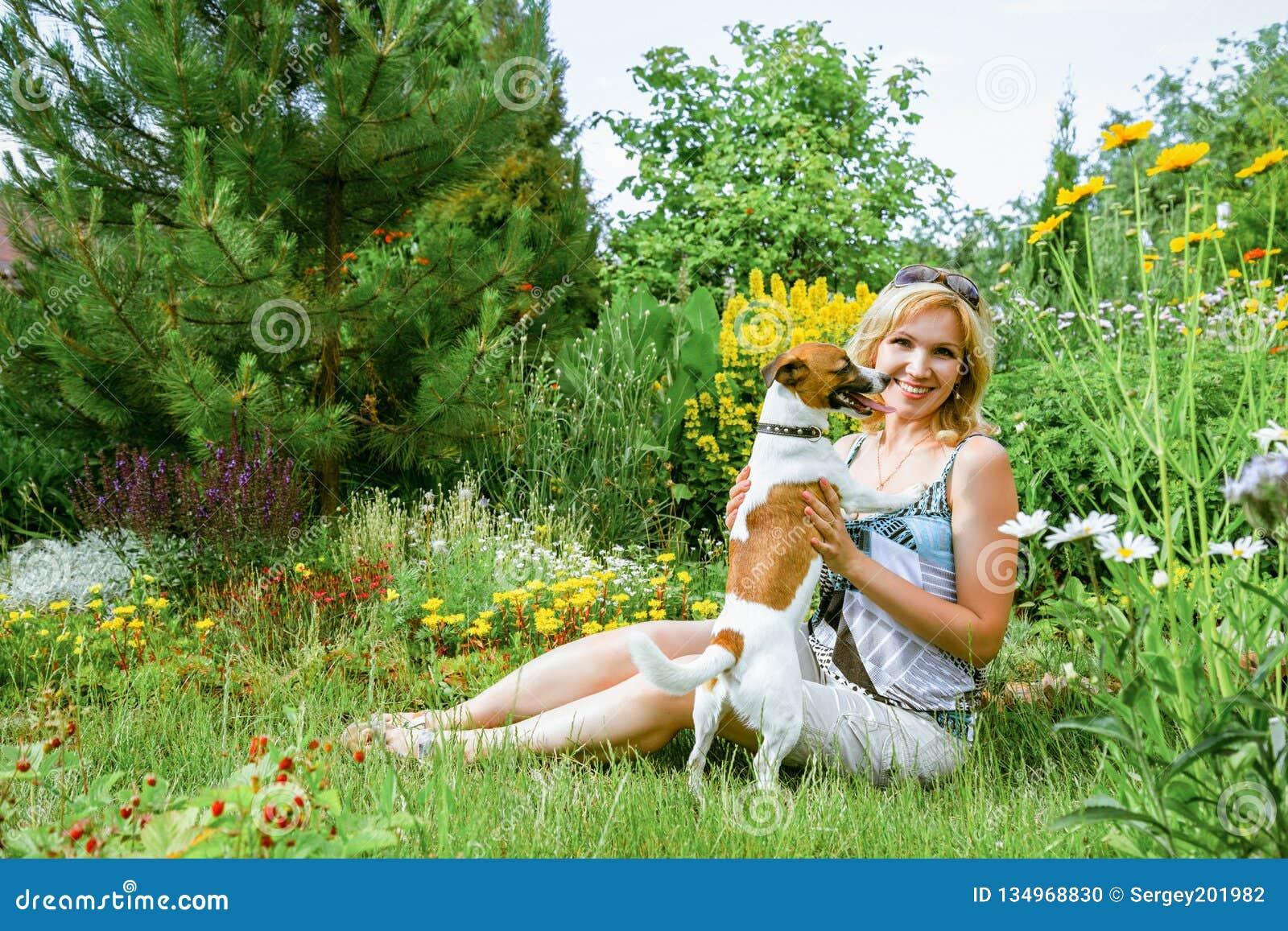 Kvinna som spelar med en hund