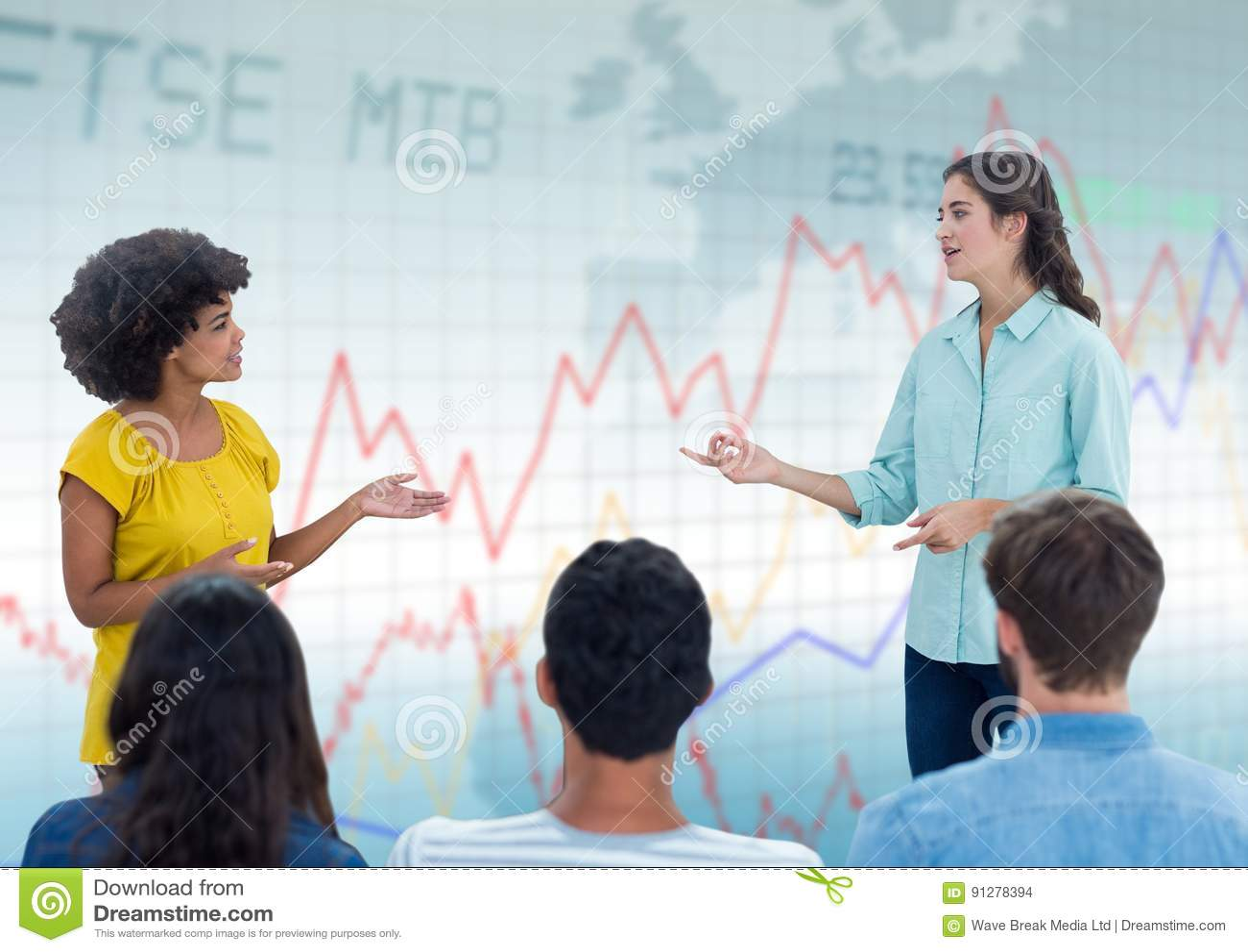 Kvinna som talar med åhörare mot blå graf