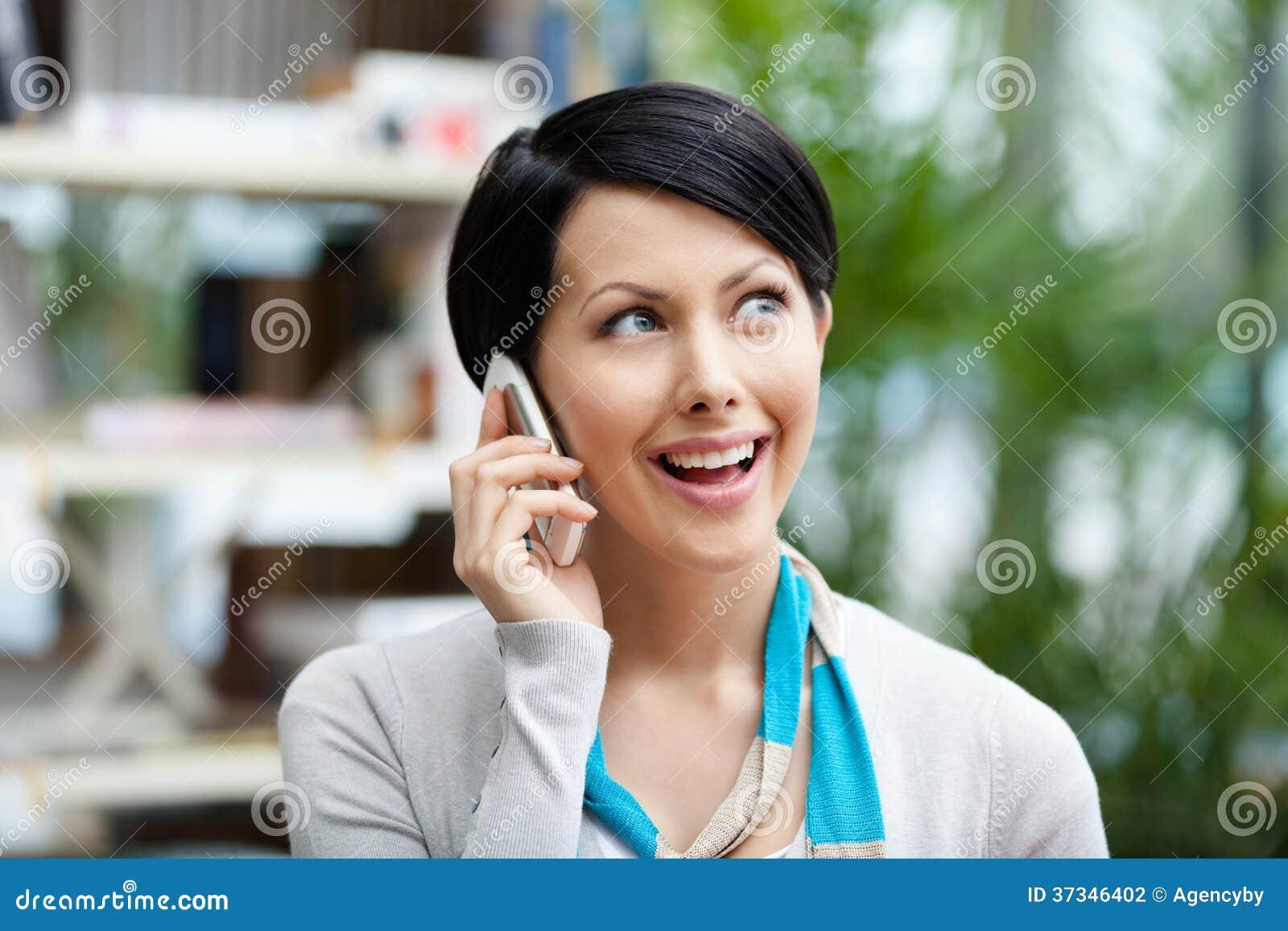 Kvinna som talar på telefonen