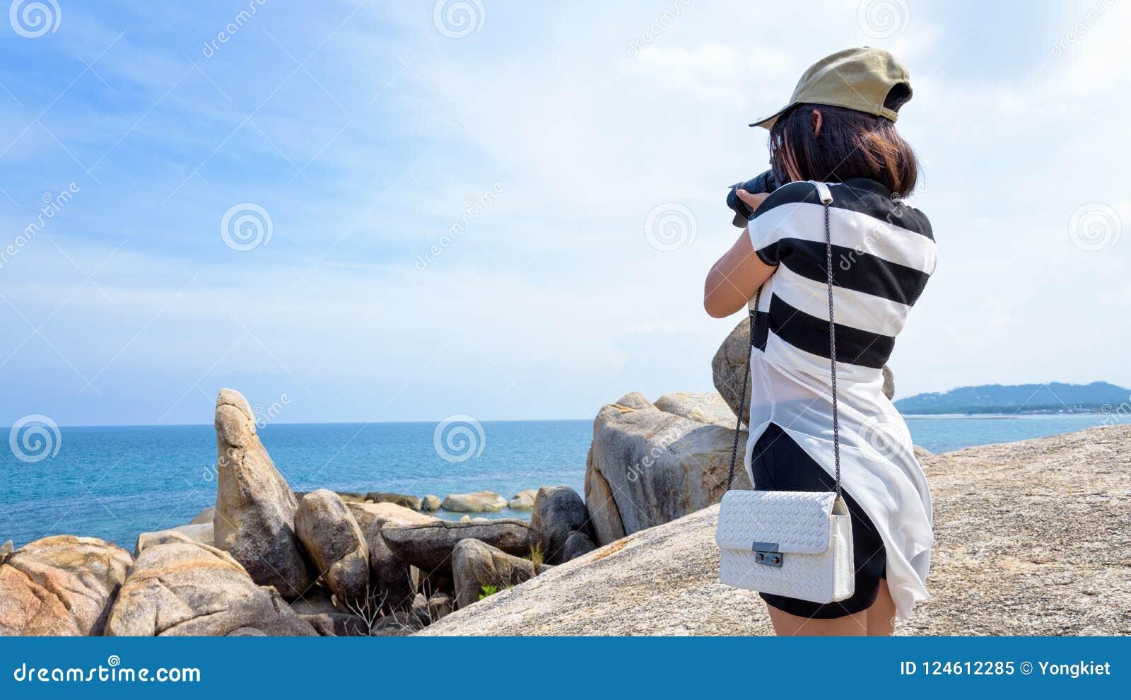 Kvinna som tar foto på Hinen Ta Hin Yai