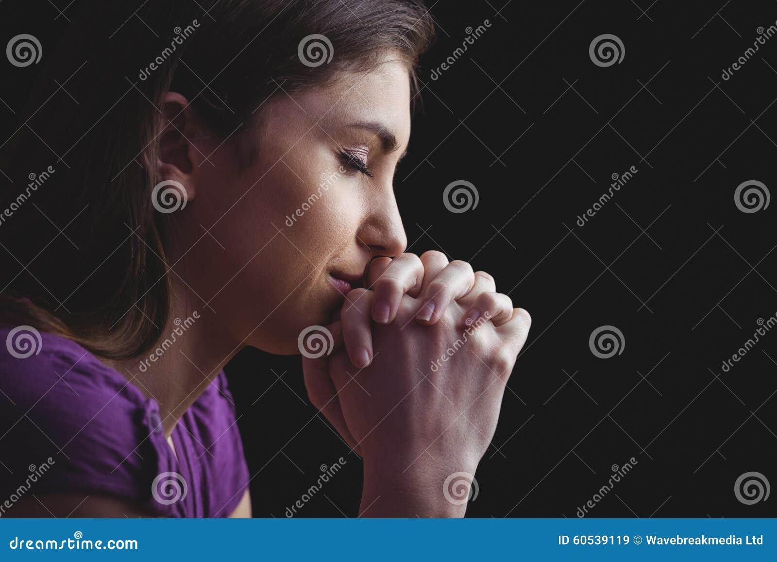 Kvinna som tillsammans ber med händer