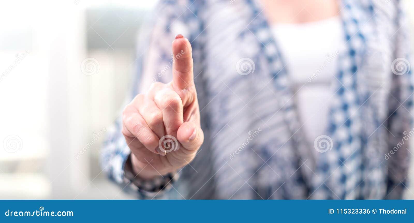 Kvinna som trycker på en faktisk skärm