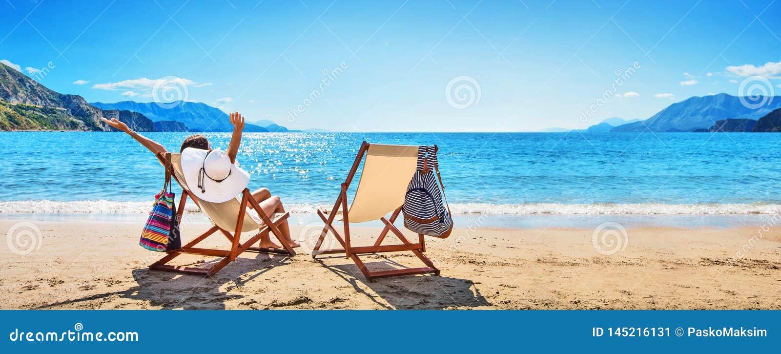 Kvinna som tycker om att solbada p? stranden