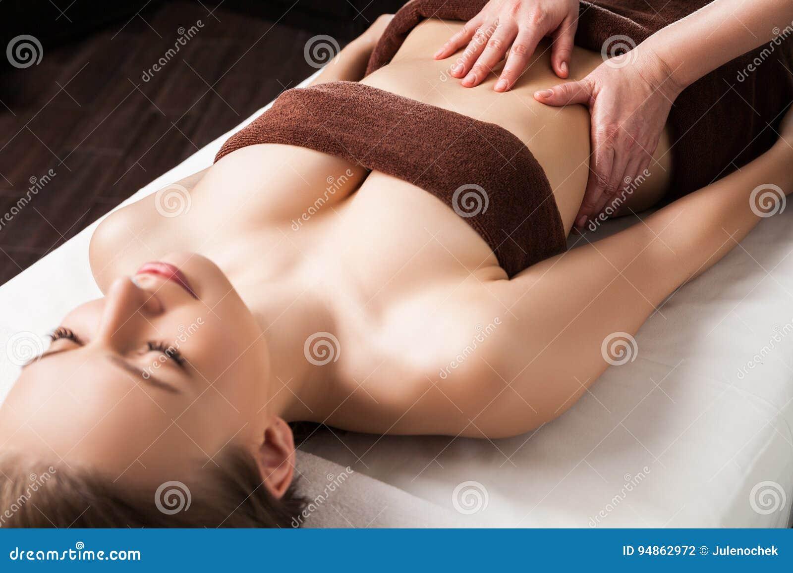 Kvinna som tycker om Ayurveda oljamassage i brunnsort