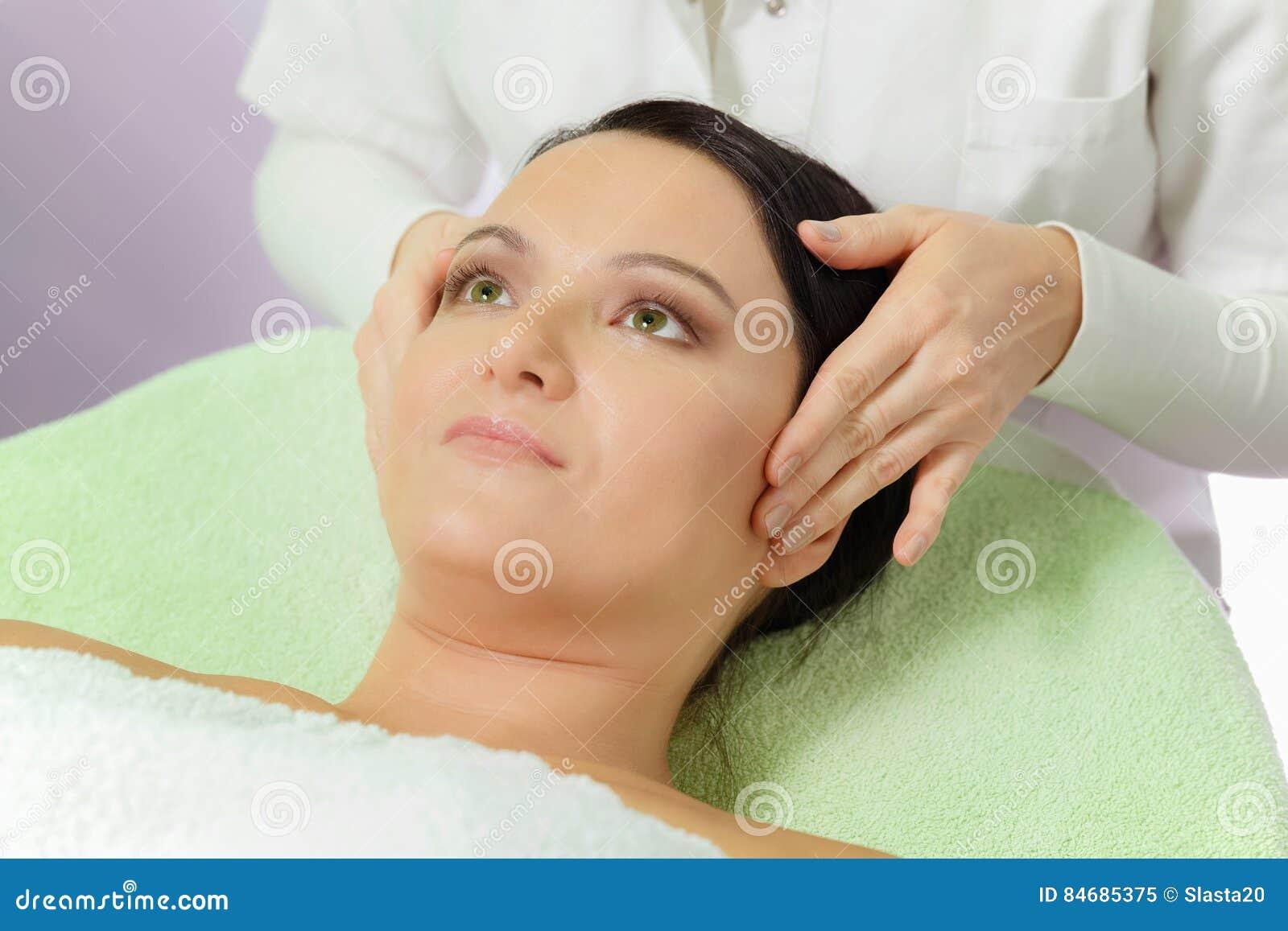 Kvinna som tycker om en ansikts- massage