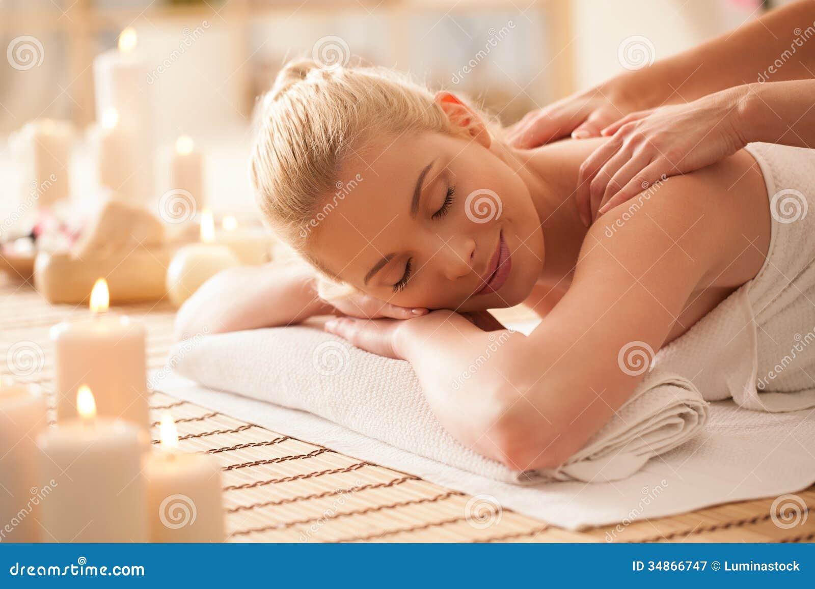Kvinna som tycker om en tillbaka massage