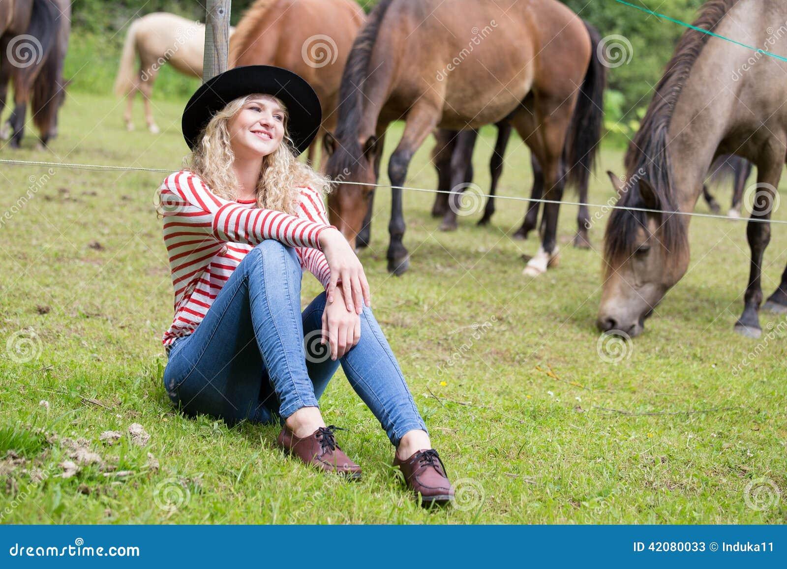 Kvinna som tycker om hästföretaget