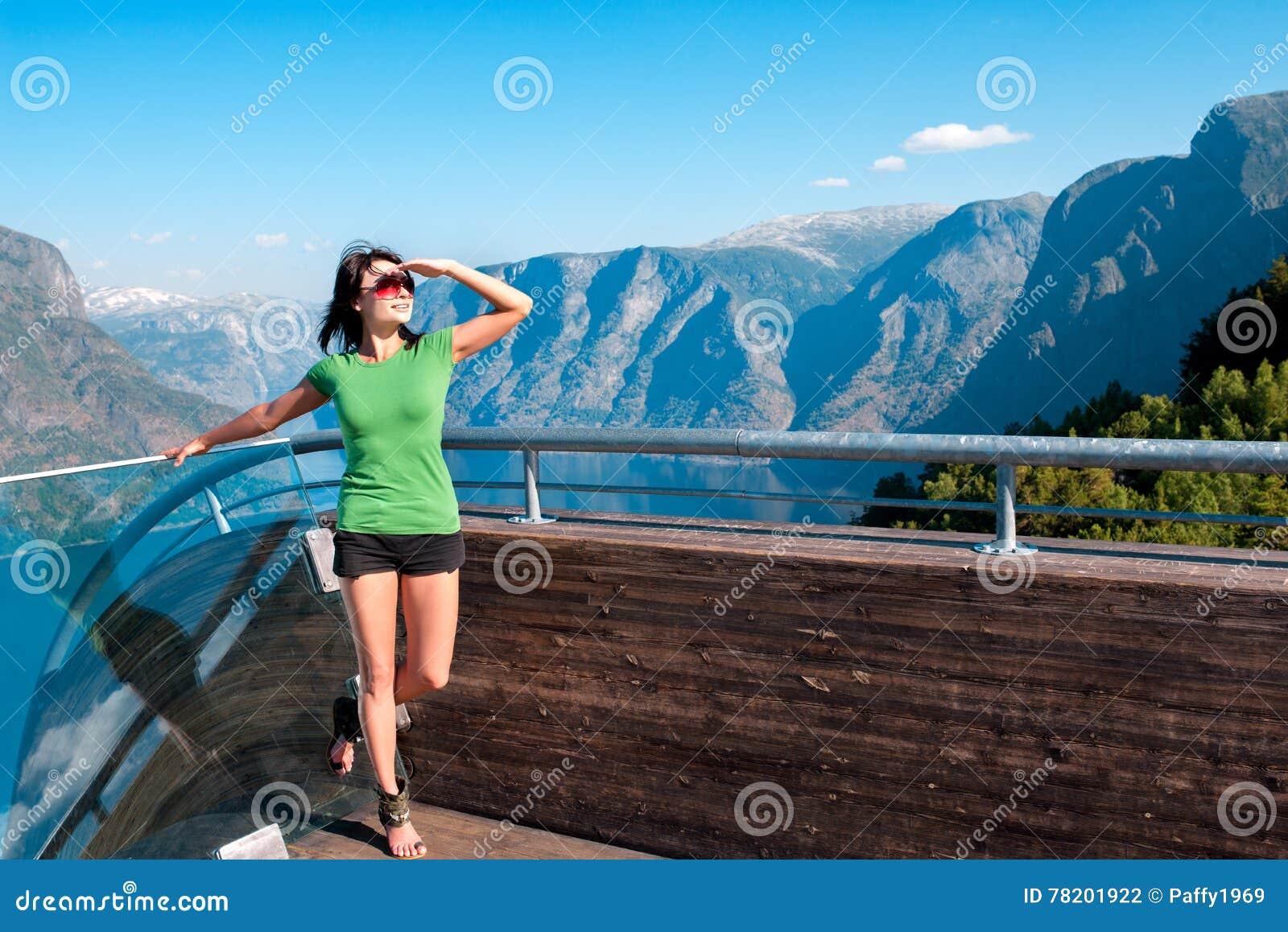 Kvinna som tycker om scenics från den Stegastein synvinkeln