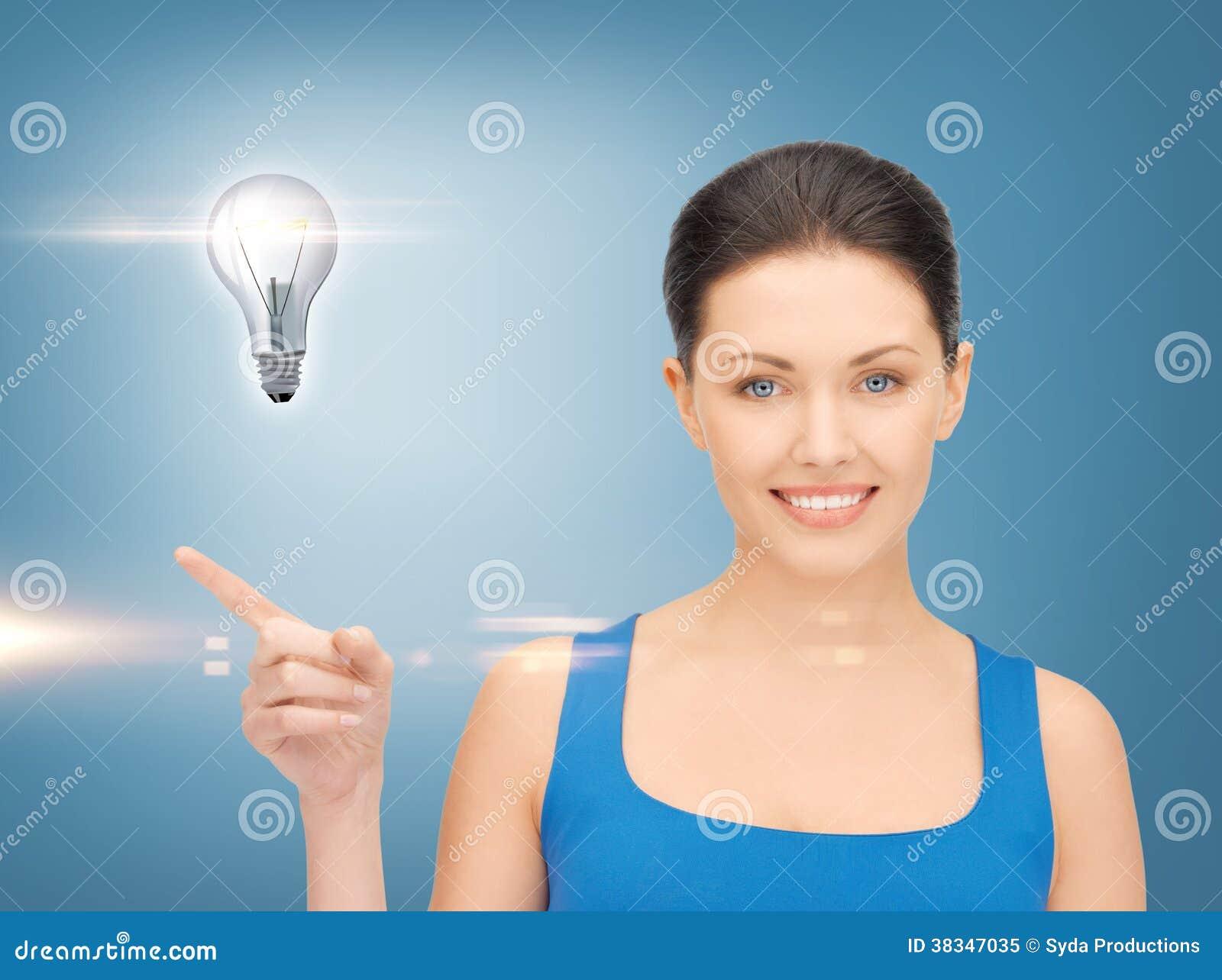Kvinna som visar den ljusa kulan på hennes hand