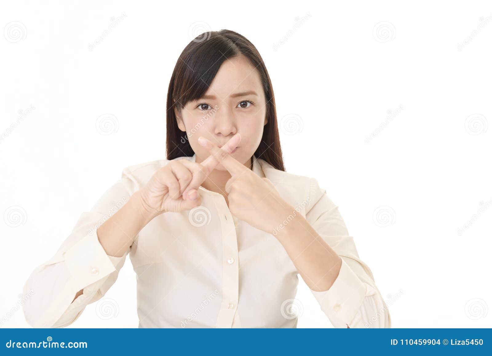 Kvinna som visar förbjuda gest
