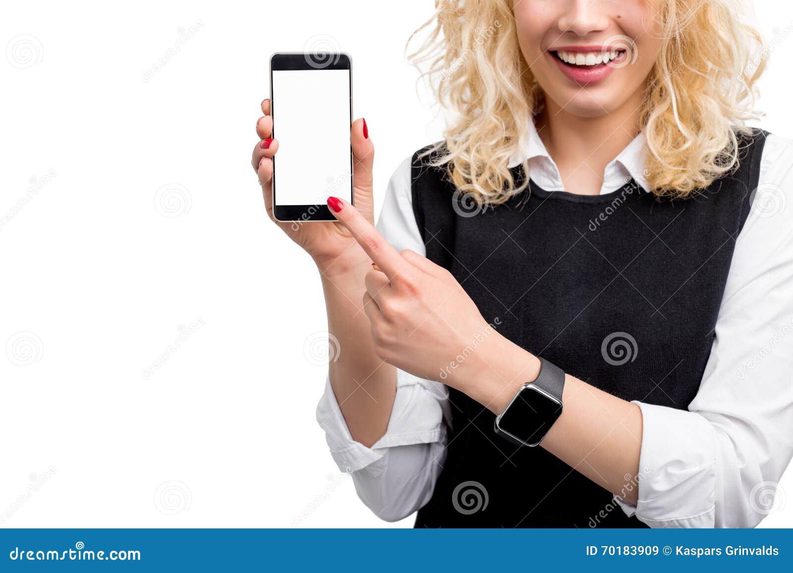 Kvinna som visar telefonen för tom skärm