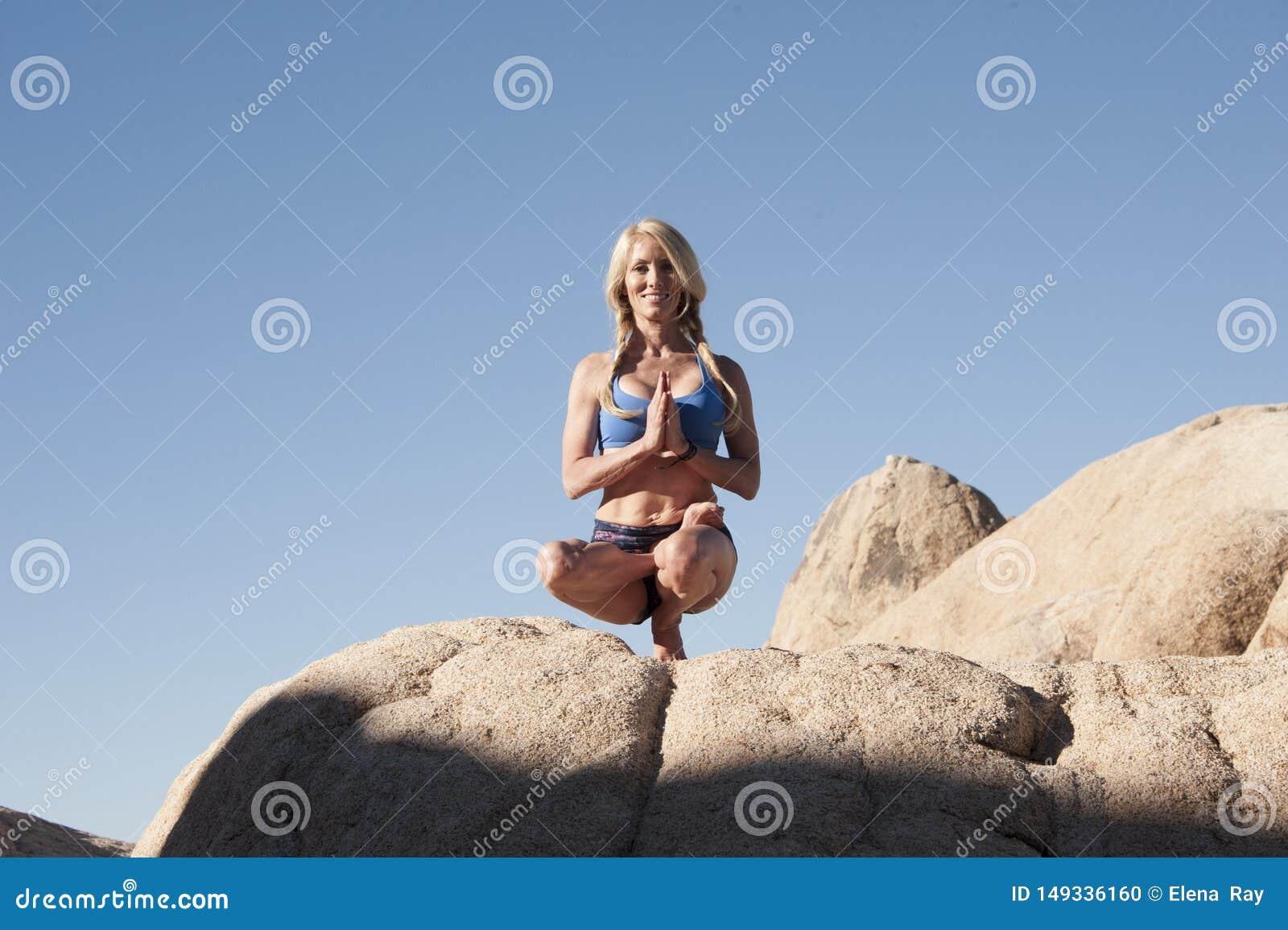 Kvinna Toe Balance för ökenstenyoga