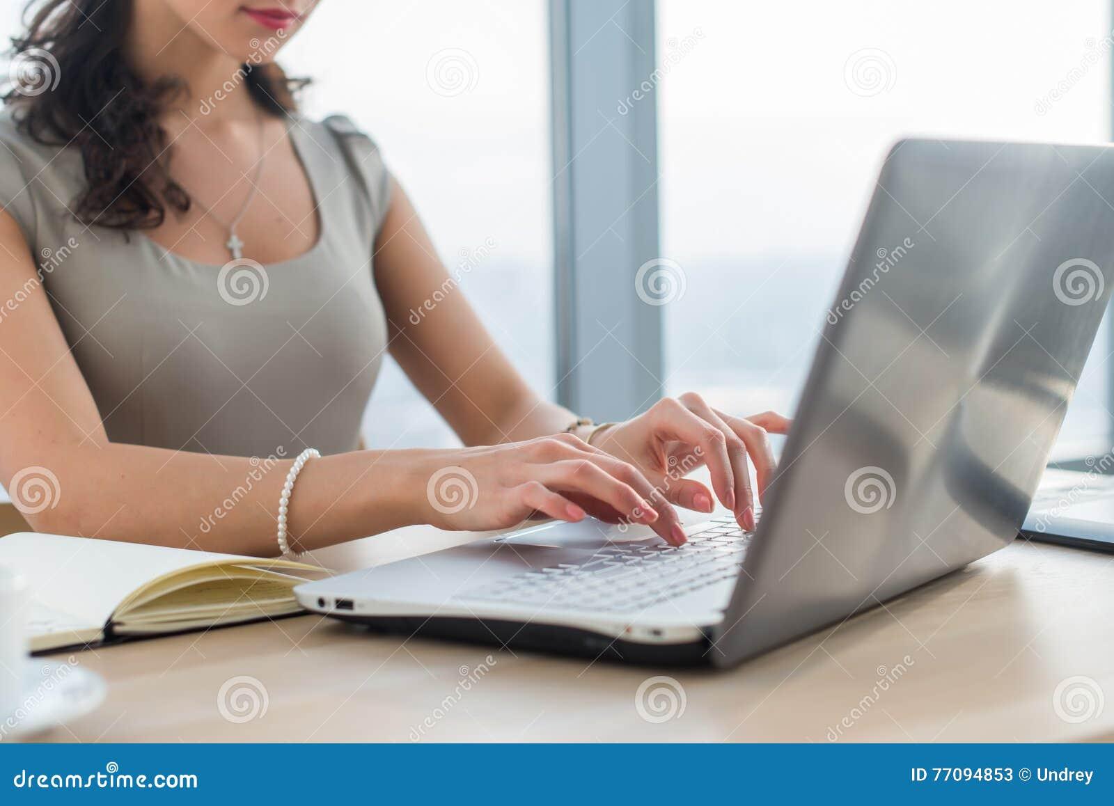 Kvinnaarbete som copywriter hemma Närbildbild av kvinnlighänder på PCtangentbordet i ljust kontor