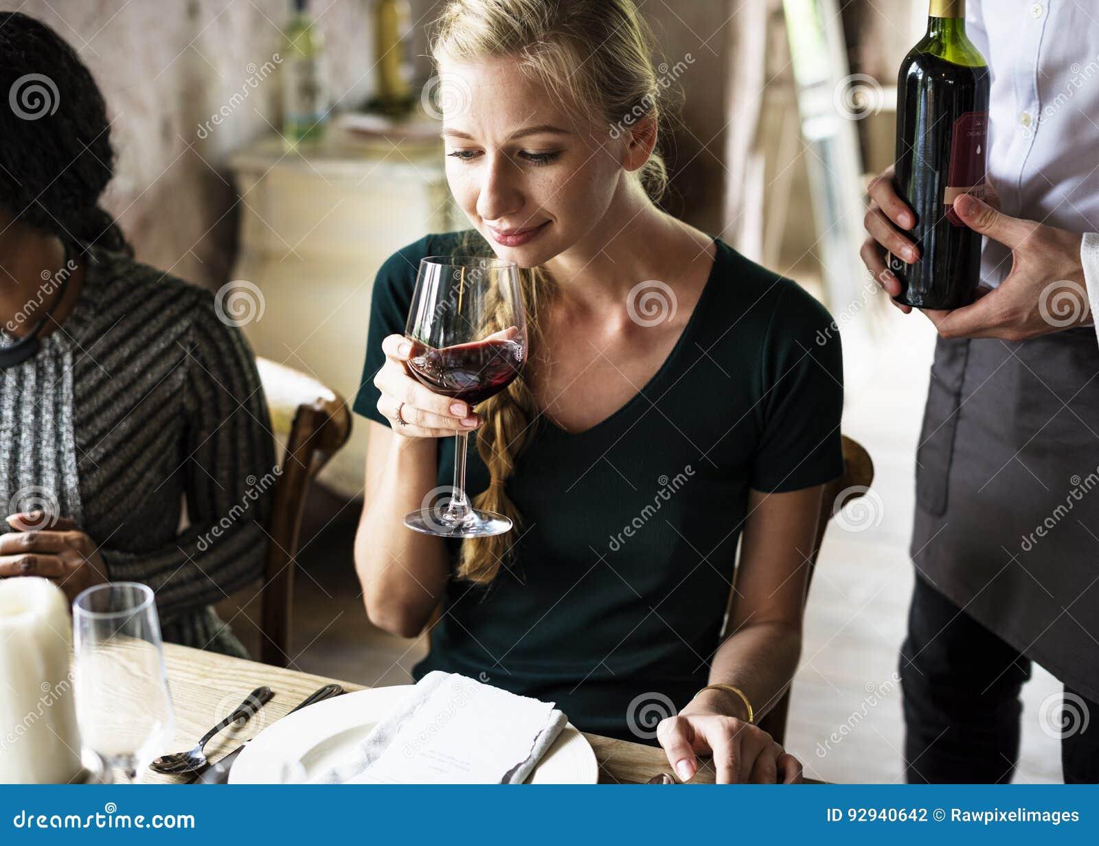 Kvinnaavsmakningrött vin i en flott restaurang