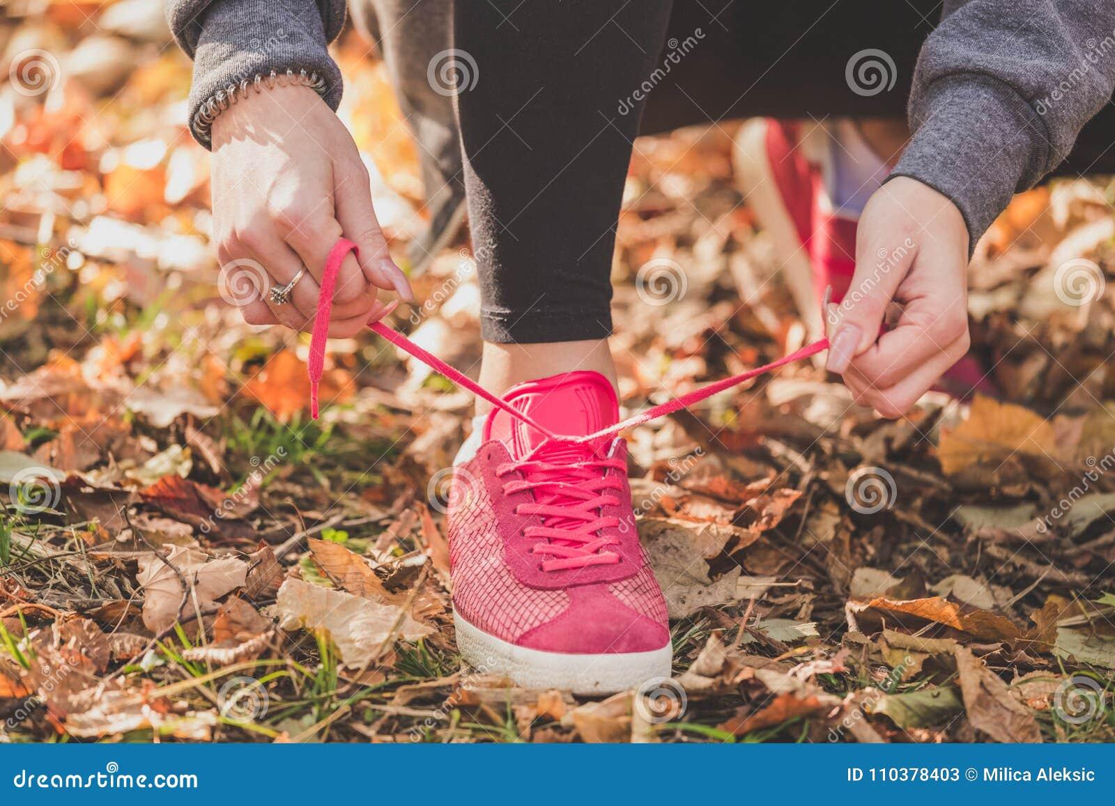Kvinnaband snör åt av rinnande skor, innan det utbildar