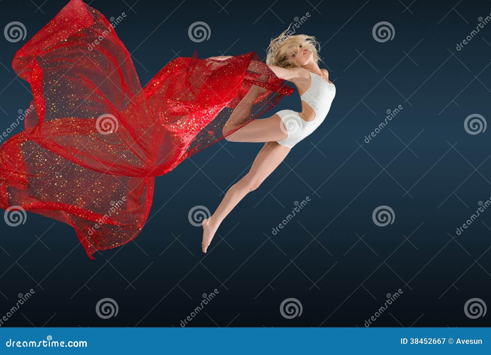 Kvinnabanhoppning med siden- tyg