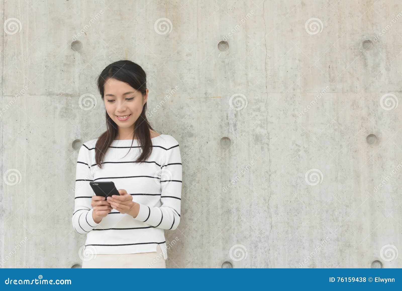 Kvinnabruk av mobilen