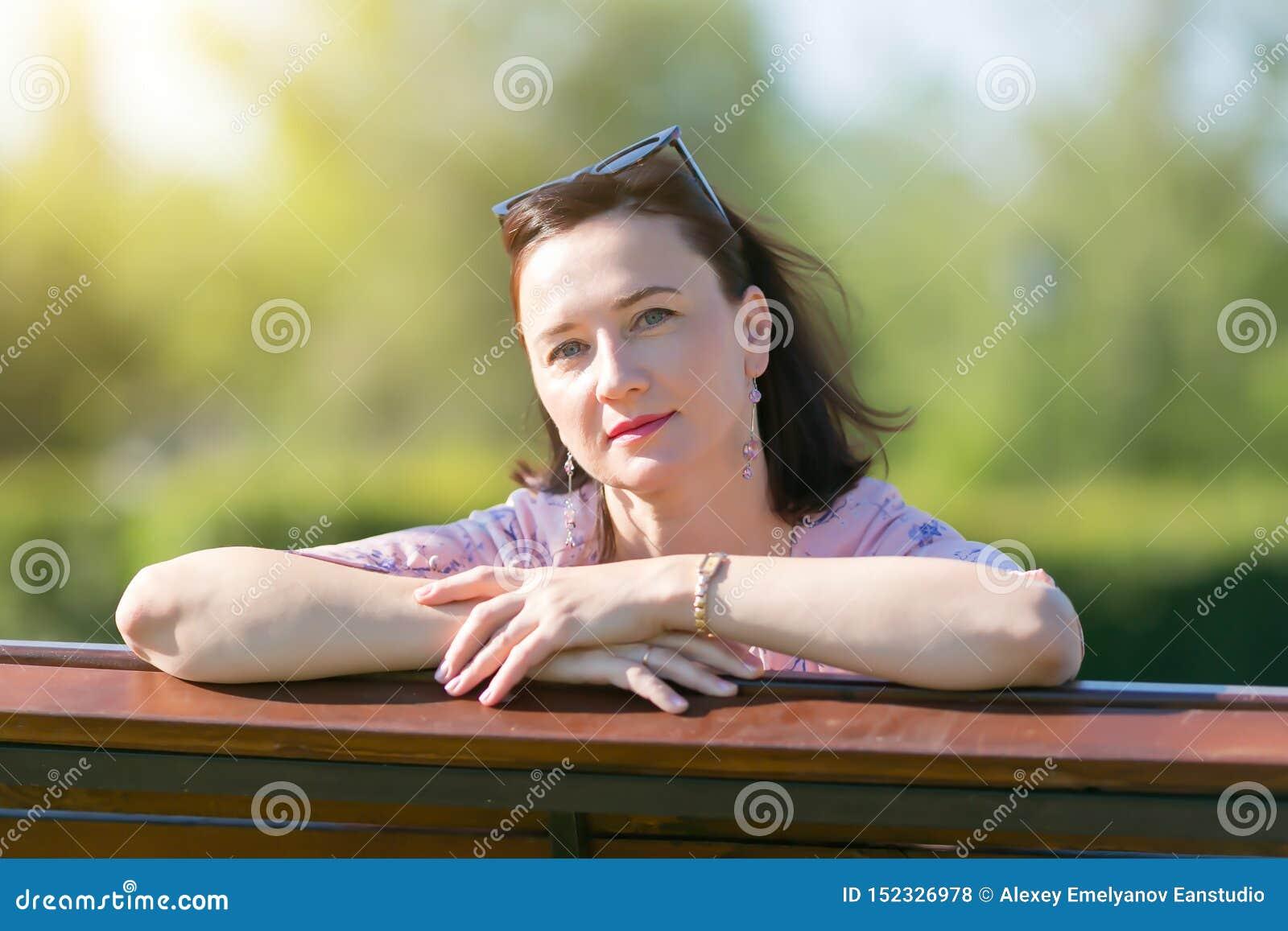 Kvinnabrunett 35-40 år myndig närbild