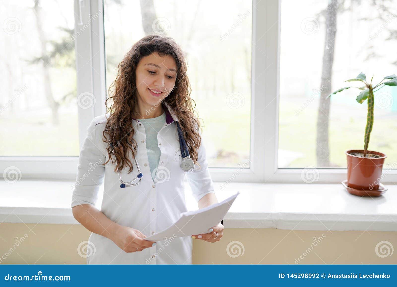 Kvinnadoktor som arbetar p? sjukhuskontoret Medicinsk sjukv?rd och doktorspersonalservice