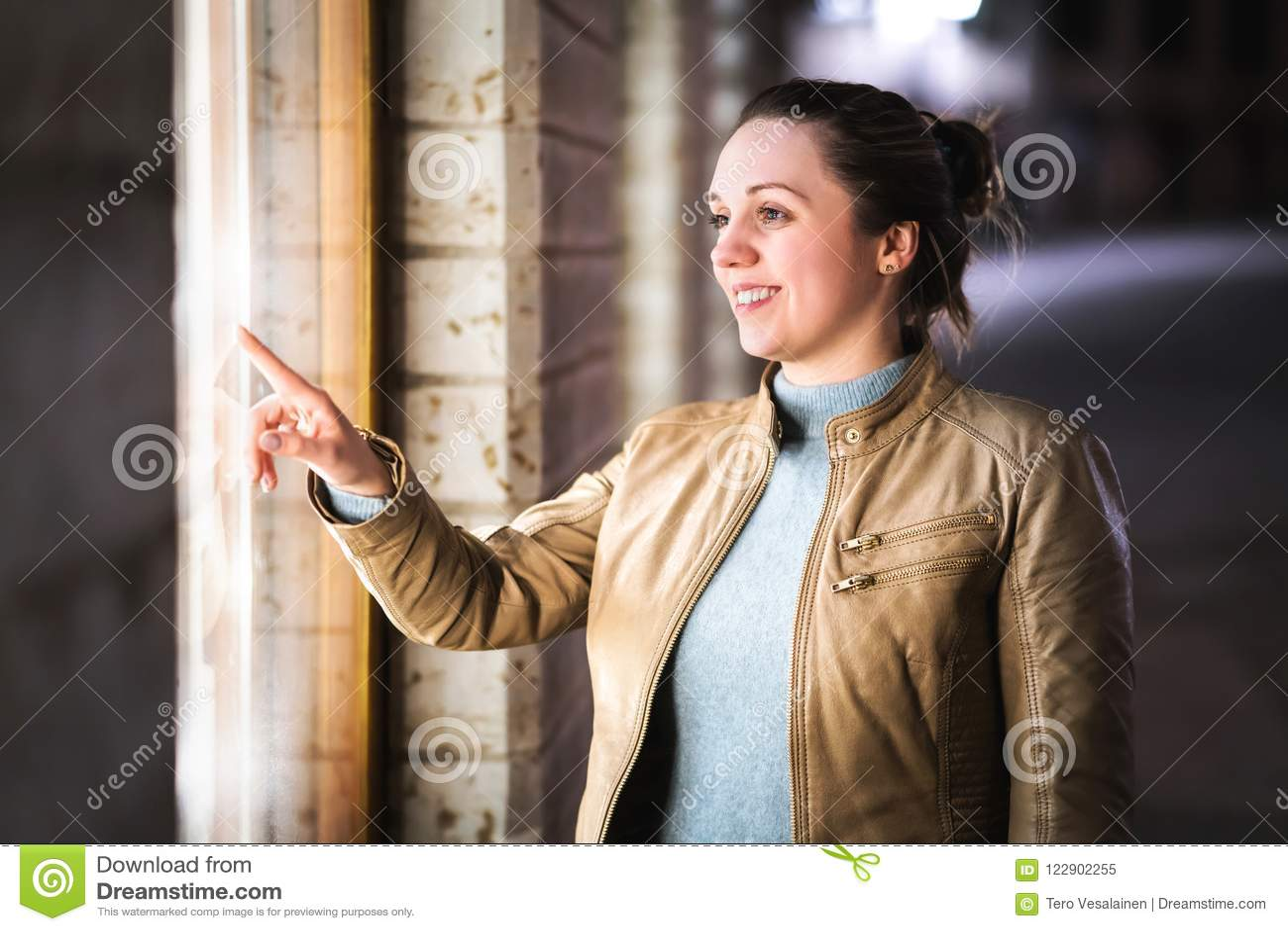 Kvinnafönstershopping Shopaholic som beundrar och drömmer