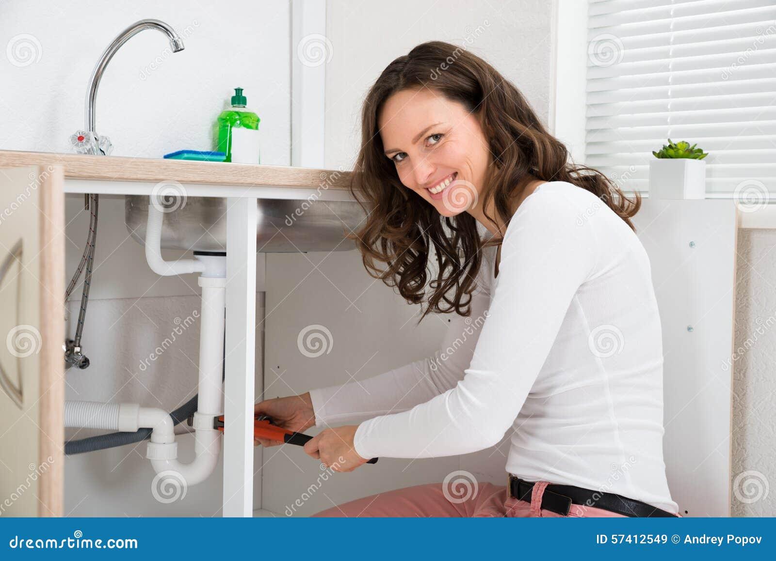Kvinnafixanderör med den justerbara skiftnyckeln